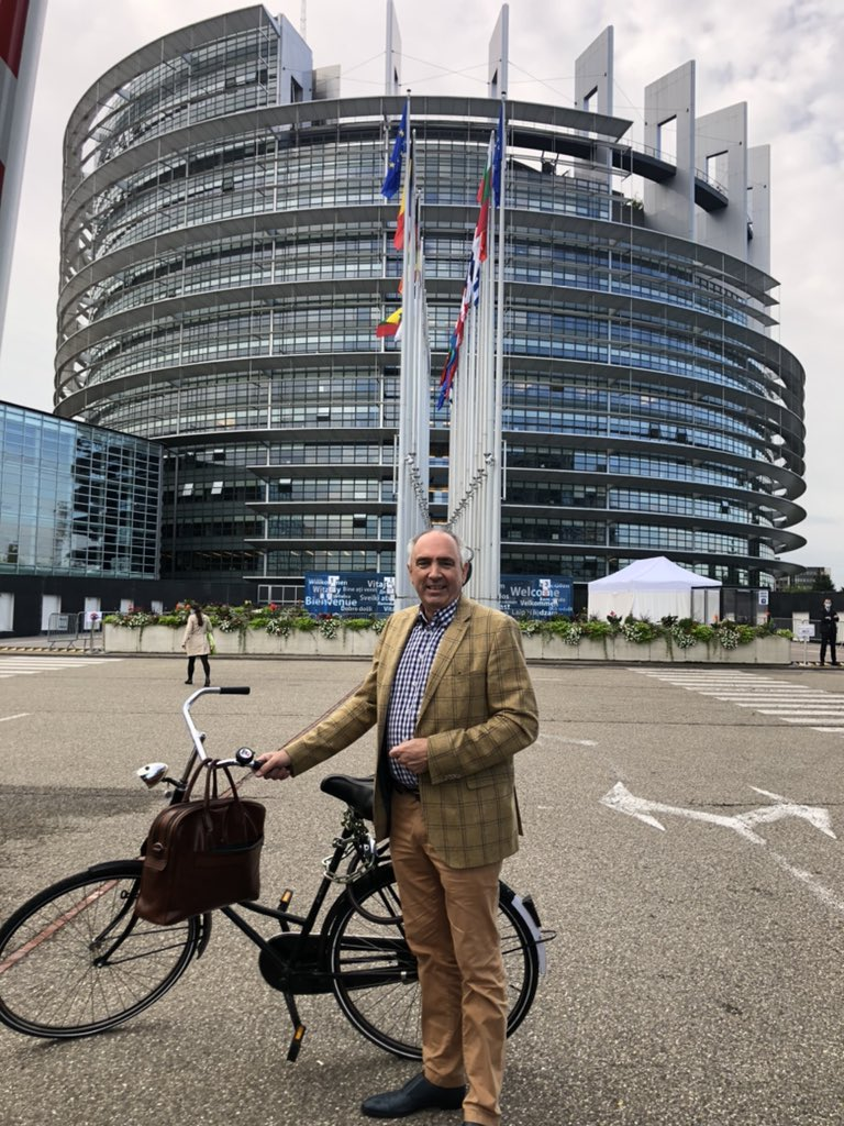 Europarlementariër Peter van Dalen kwam vanochtend met de fiets aan en liet op Twitter benieuwd te zijn naar de stemuitslag. (Foto Twitter / Peter van Dalen)