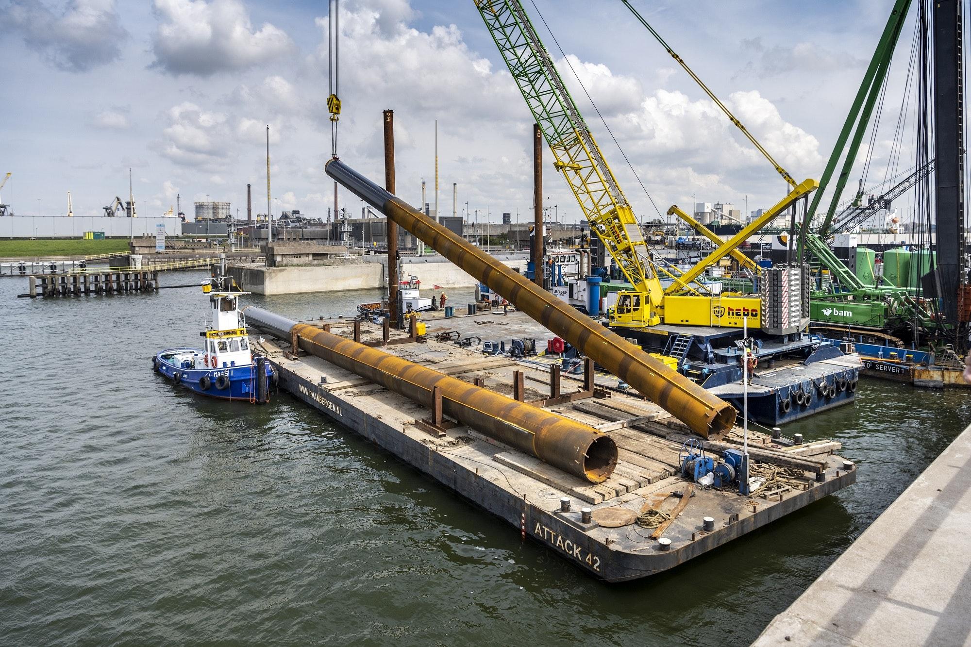 41-meter lange platen voor het geleidewerk worden aangebracht door een boorkraan. (Foto Gerrit Serne / Rijkswaterstaat)
