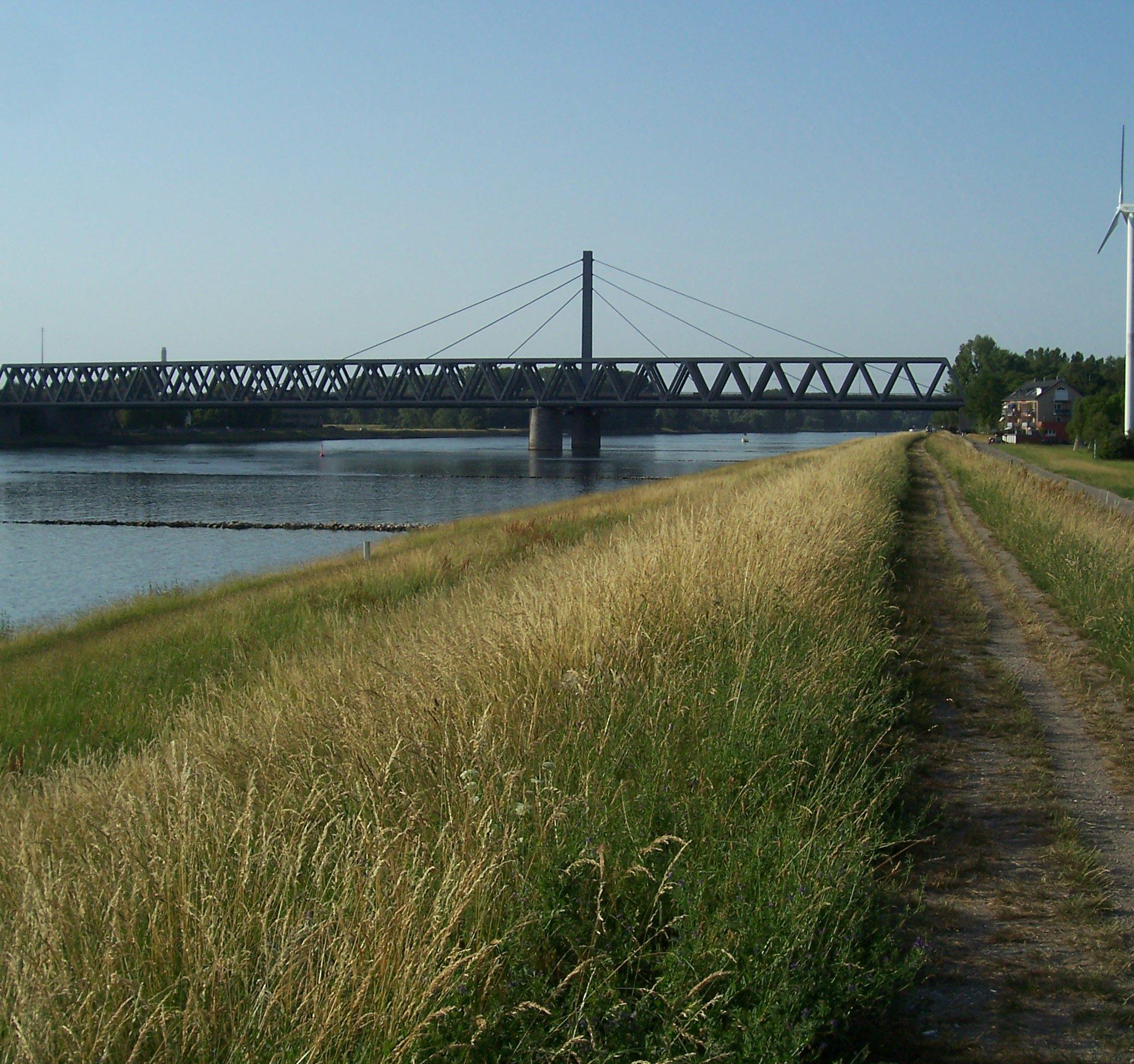 Ter illustratie. De Rijn bij de Eisenbahnbrücke in de buurt van Karlsruhe. (Foto Wikimedia/Andreas Keller)