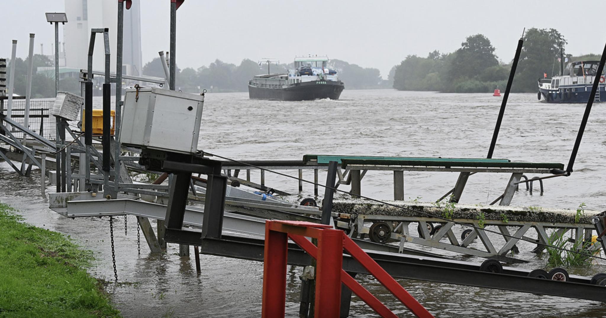 De Maas is nog zeker na het weekend gestremd voor de scheepvaart. Foto Ed van Alem