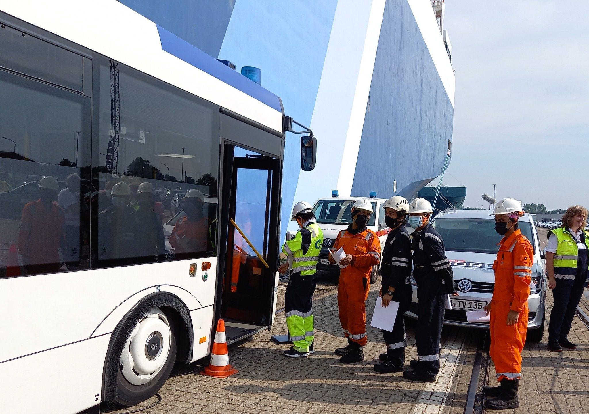 Bemanningsleden in de rij voor de prikbus. (Foto Radio Bremen/Patrick Florenkowsky)