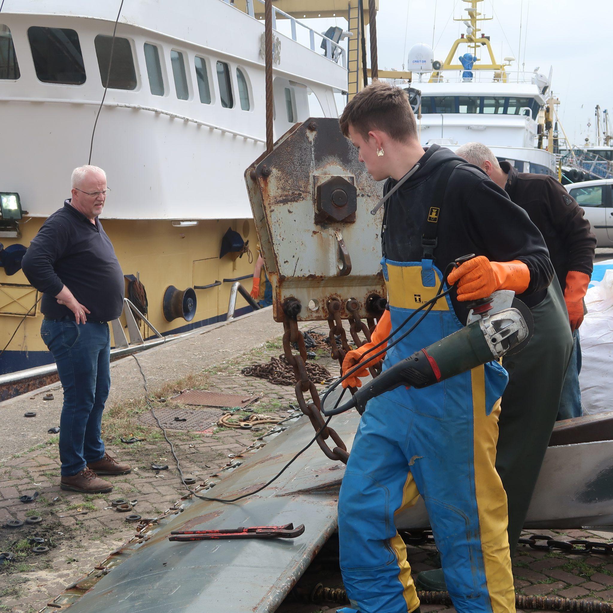 Schipper Jelle Romkes (links) geeft instructies aan zijn bemanning bij het ontmantelen van het pulstuig. (Foto W.M. den Heijer)