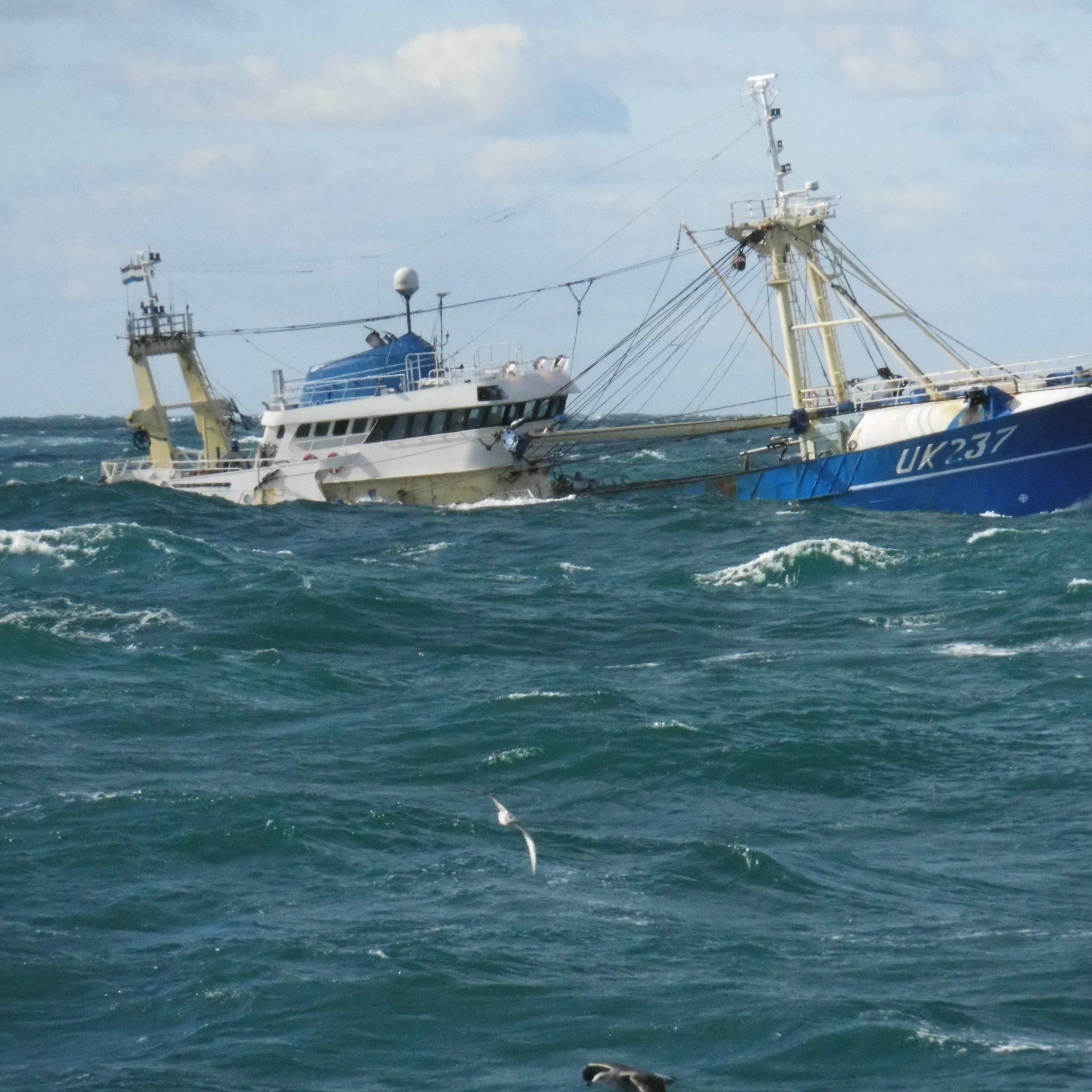 Greenpeace heeft met het storten van stenen in de Noordzee geen vrienden gemaakt op de kottervloot. (Foto W.M. den Heijer)