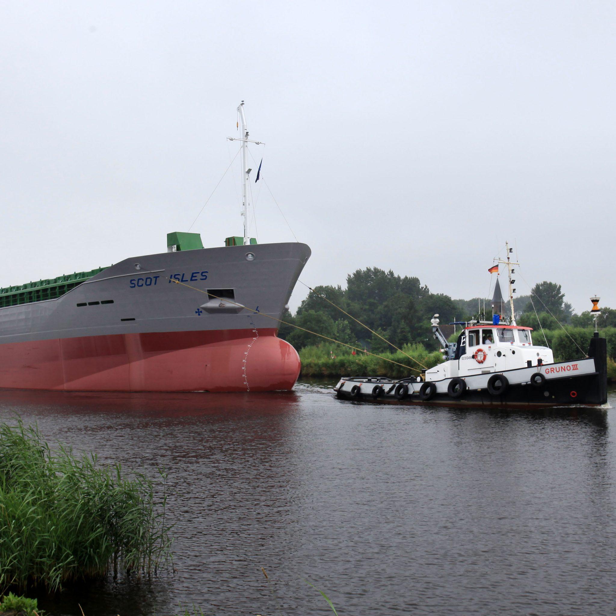De Scot Isles op het Eemskanaal onderweg naar open water. (Foto Henk Zuur)