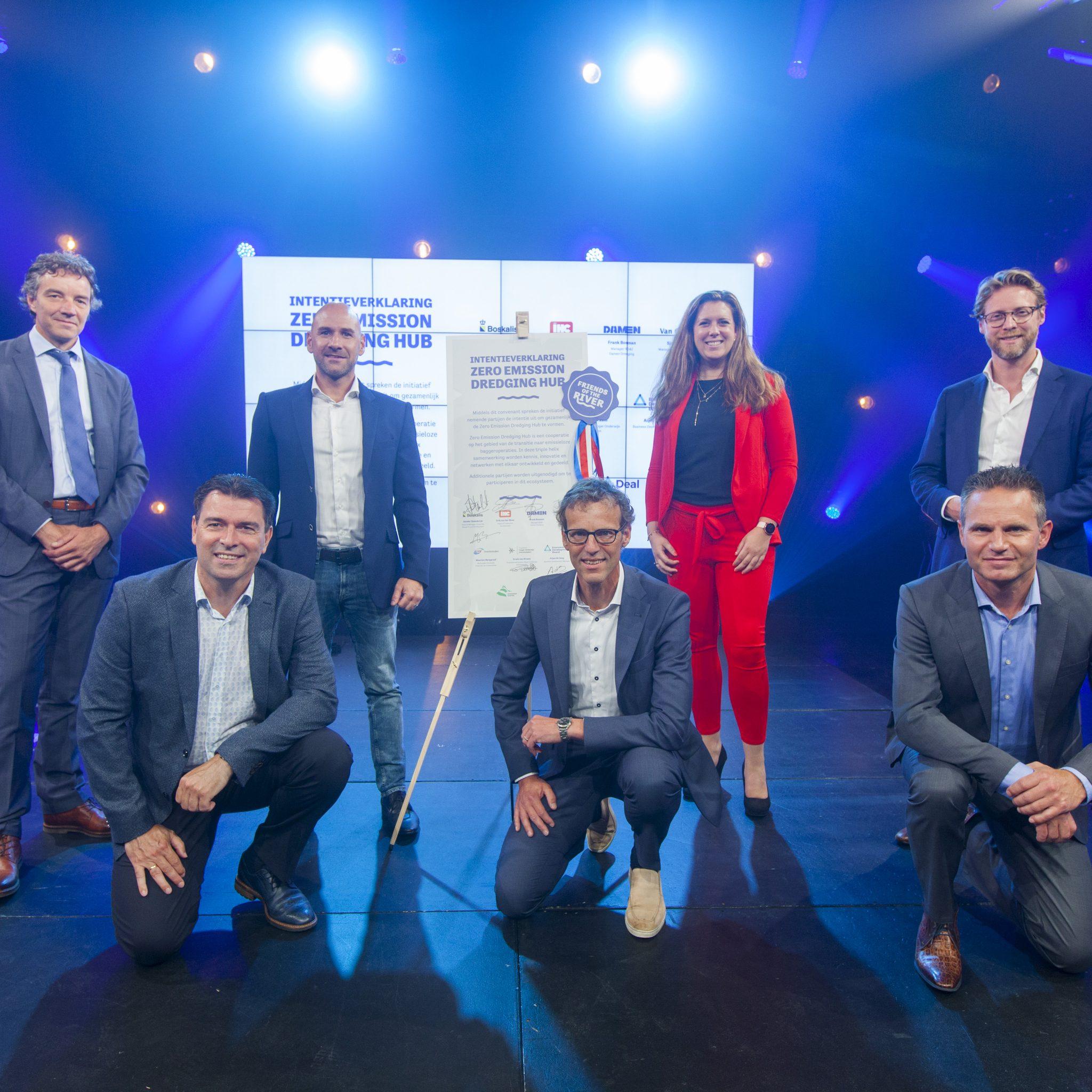 v.l.n.r.: Frans Bosman (Damen), Sjon Kranendonk (Van Oord), Arjen de Jong (Economic Development Board Drechtsteden), Sander Steenbrink (Boskalis), Daniëlle Stolk (Programma Hoger Onderwijs Drechtsteden), Erik van der Blom (Royal IHC) en Maarten Burggraaf (Dordrecht/Drechtsteden). (Foto DealDrechtCities)
