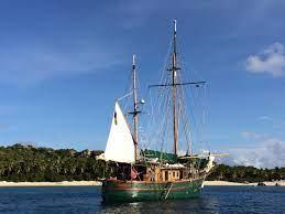 De bemanning van de houten tweemaster ontdekte aan het einde van de middag dat hun schip water maakte. (Foto Styrr)