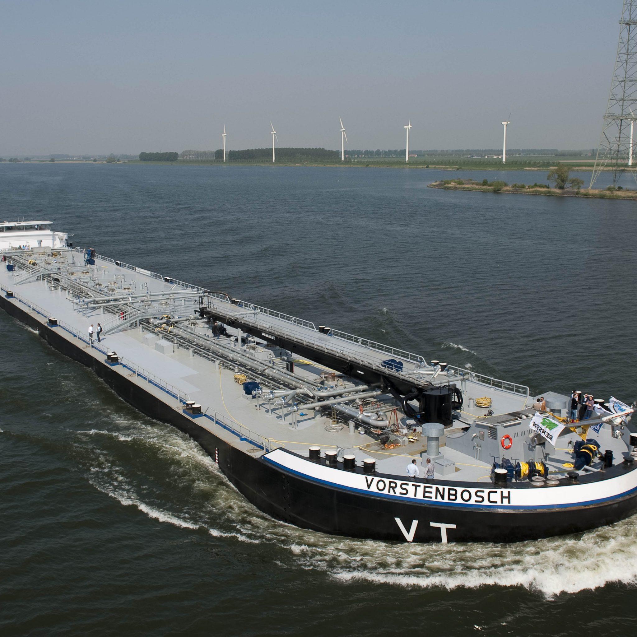 Met de gigantische bunkertanker Vorstenbosch speelde VT in op de schaalvergroting in de zeevaart. Ook in andere marktsegmenten is er vraag naar steeds grotere binnenvaartschepen, zodat de grenzen van de vaarweginfrastructuur worden opgezocht om die maximaal te benutten. (Archieffoto Arie Jonkman)