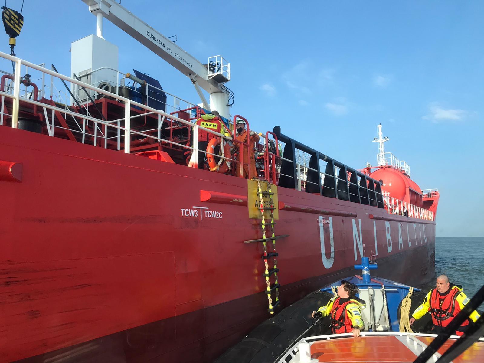 De Zeemanshoop langszij de tanker om een patiënt aan boord te nemen (Foto KNRM)
