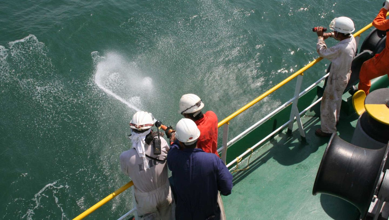 Op een schip in de West-Afrikaanse Golf van Guinee oefent de bemanning op wat ze kunnen doen als piraten aanvallen. (Foto Nautilus)