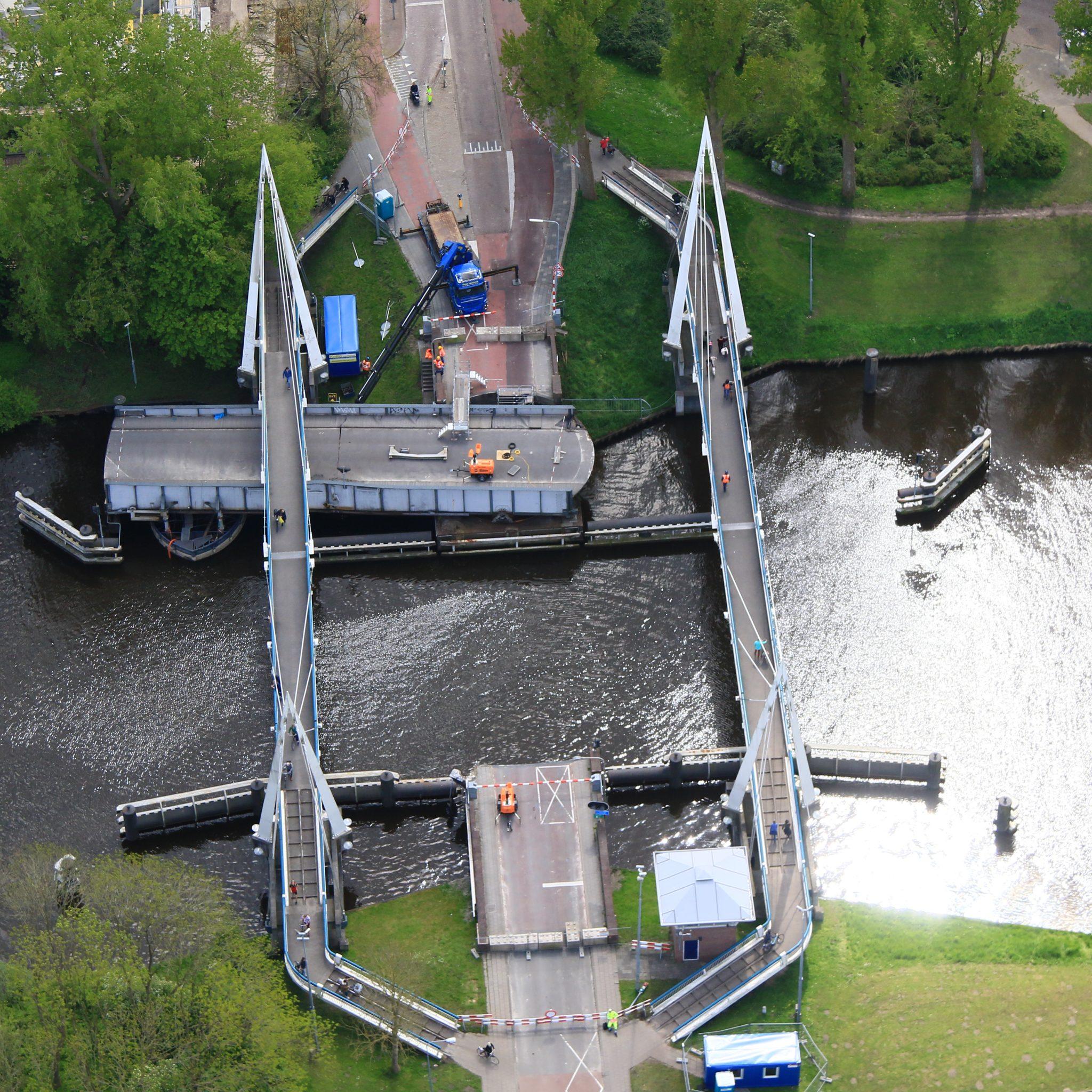 De aangevaren Gerrit Krolbrug werd aan de kant geschoven voor het scheepvaartverkeer, maar moet worden verplaatst voor nader onderzoek. (Foto Rijkswaterstaat)