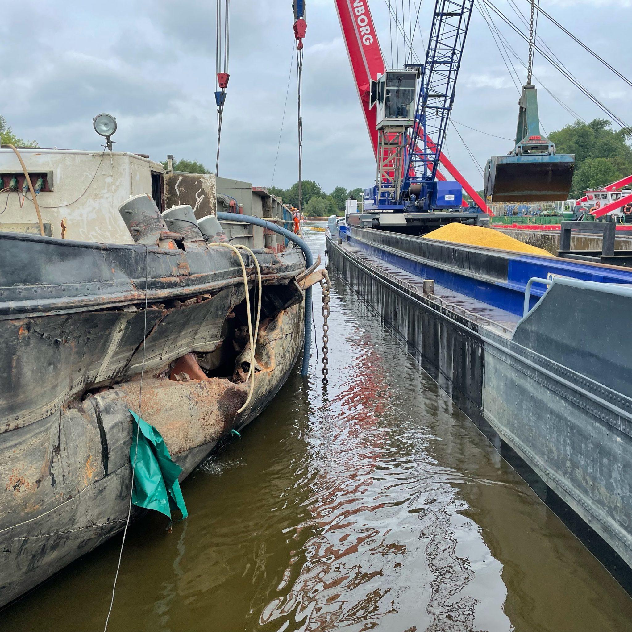 Nadat het lek boven water was kon de IJsvogel de laatste 200 m3 mais uit het ruim van de West Oder 1 overnemen (Foto Kreisfeuerwehr Nienburg Uwe Schiebe)