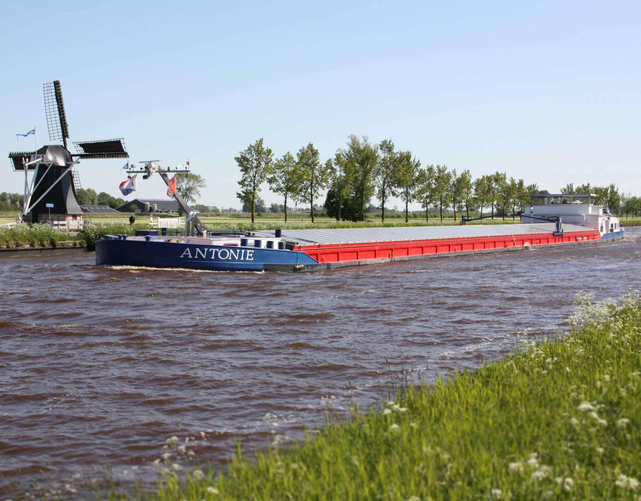 Bekend voorbeeld van een schip met een innovatieve oplossing: de Antonie gaat op waterstof varen.