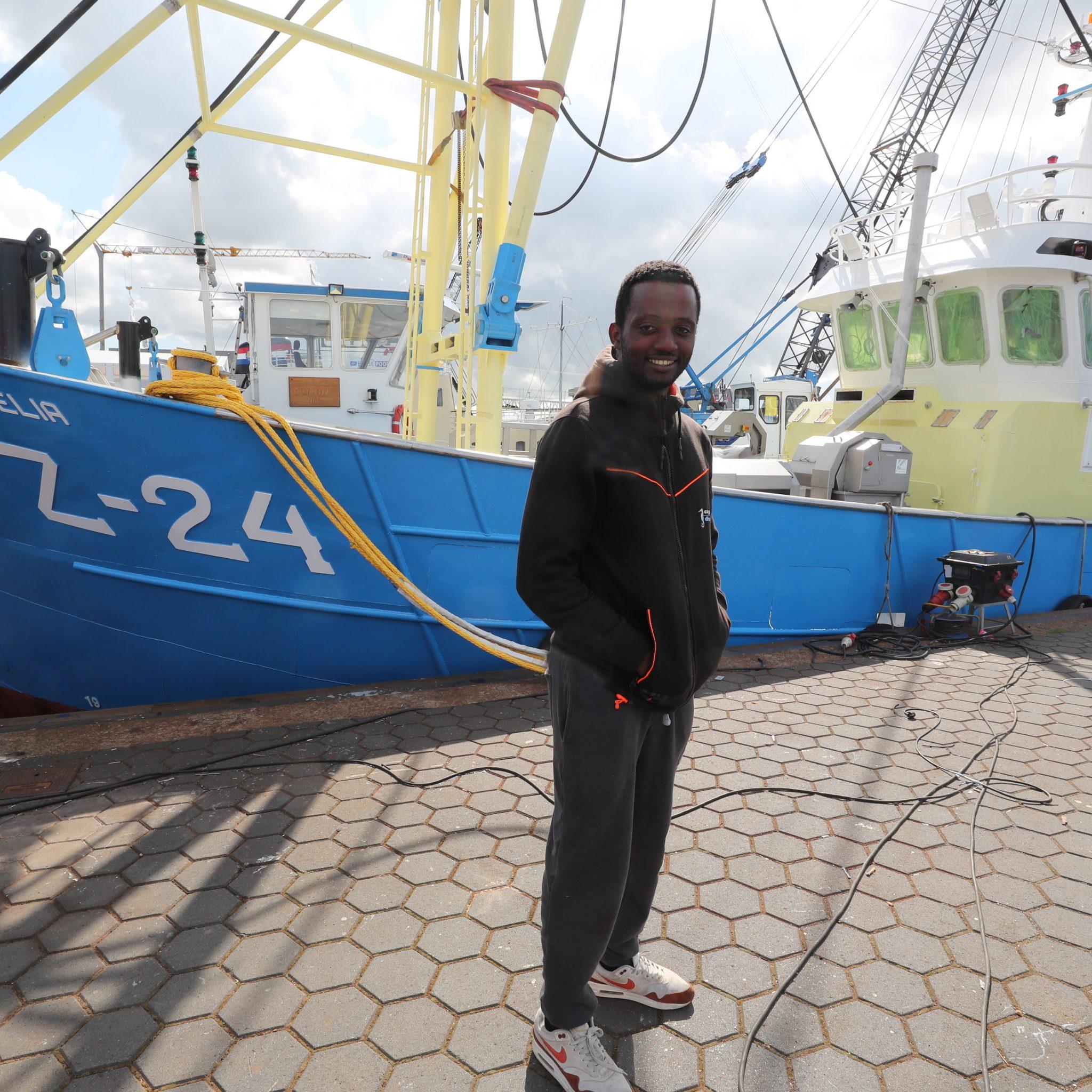 De trotse Stephane Vedelaar voor zijn nieuwe kotter in de haven van Urk. (Foto's Bram Pronk)