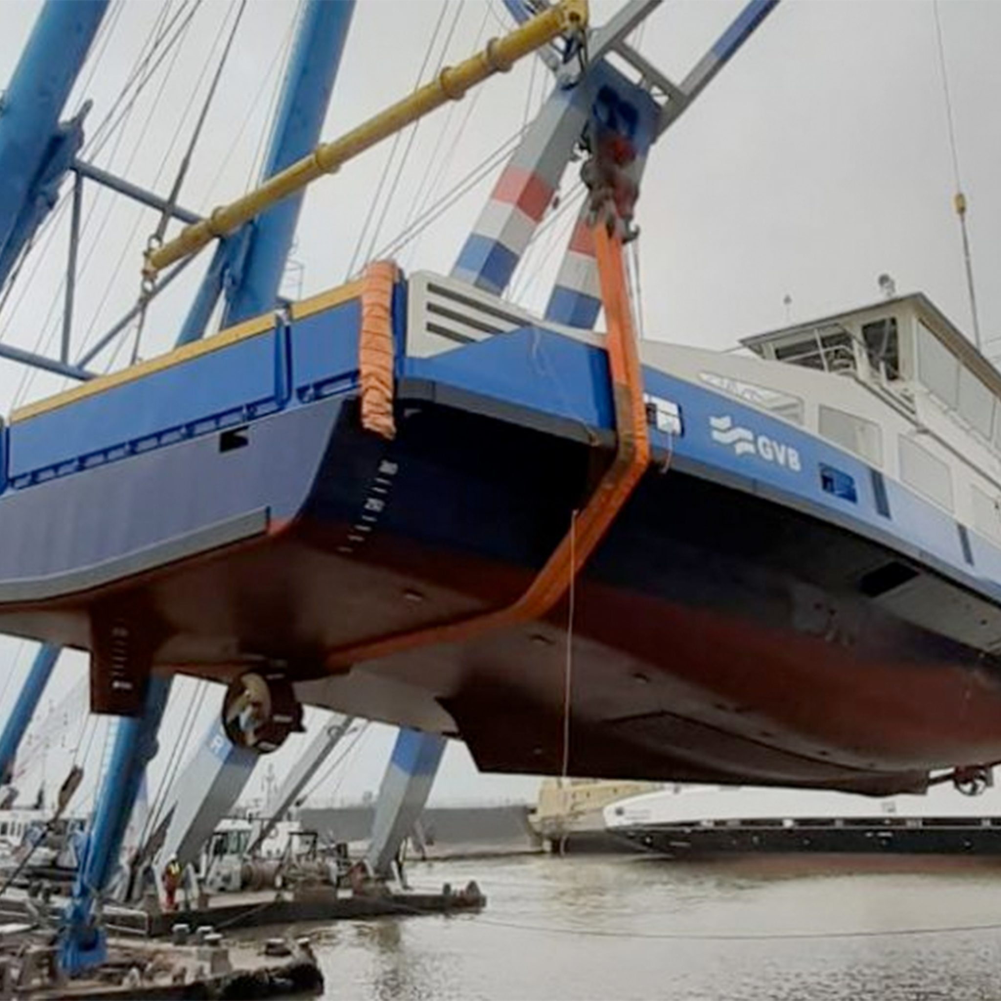 De tewaterlating van NZK Pont 100 van het GVB op de werf van de Holland Shipyards Group. (Foto GVB)