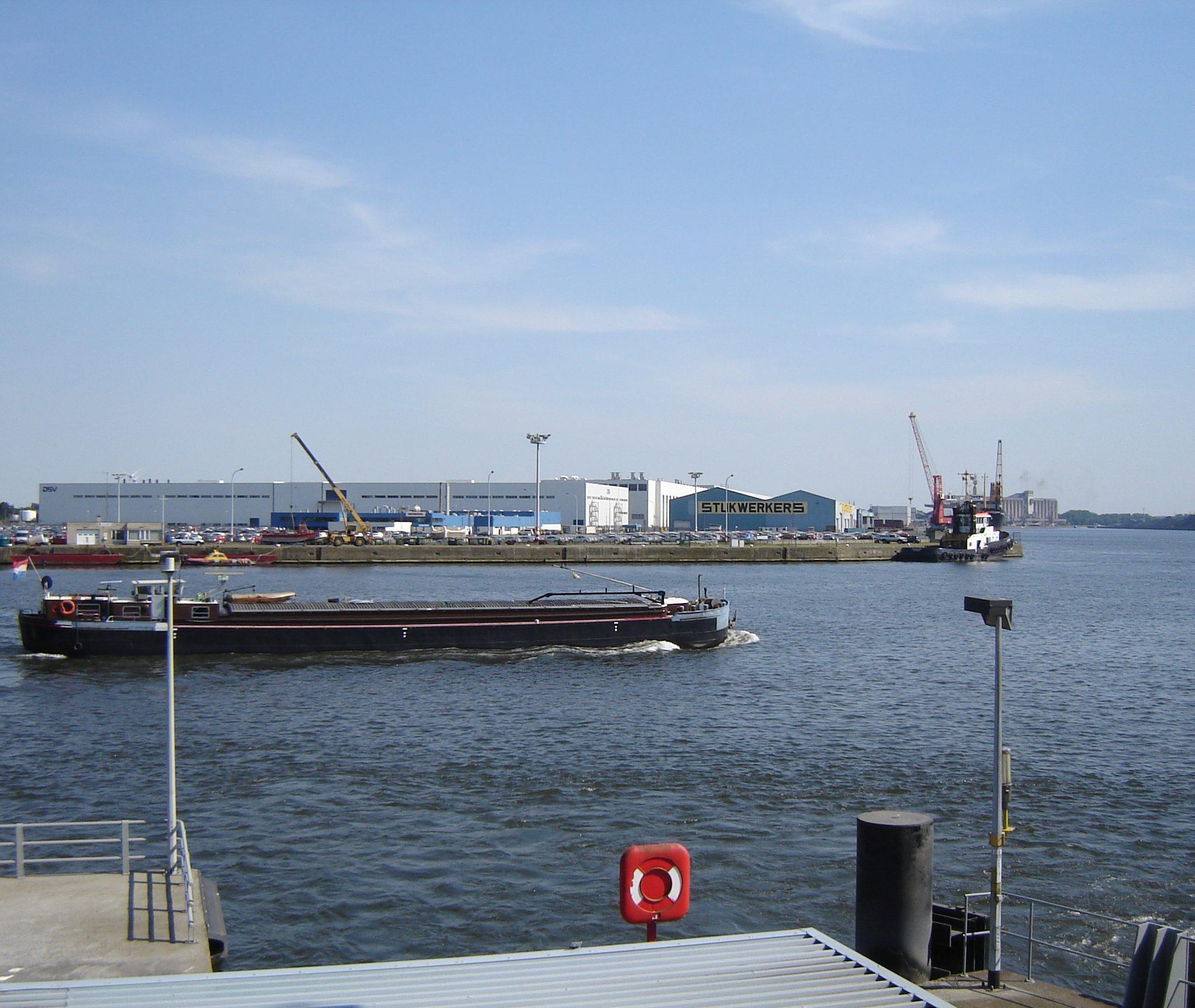 Een binnenvaartschip vaart over het kanaal tussen Gent en Terneuzen. (Foto Wikipedia)