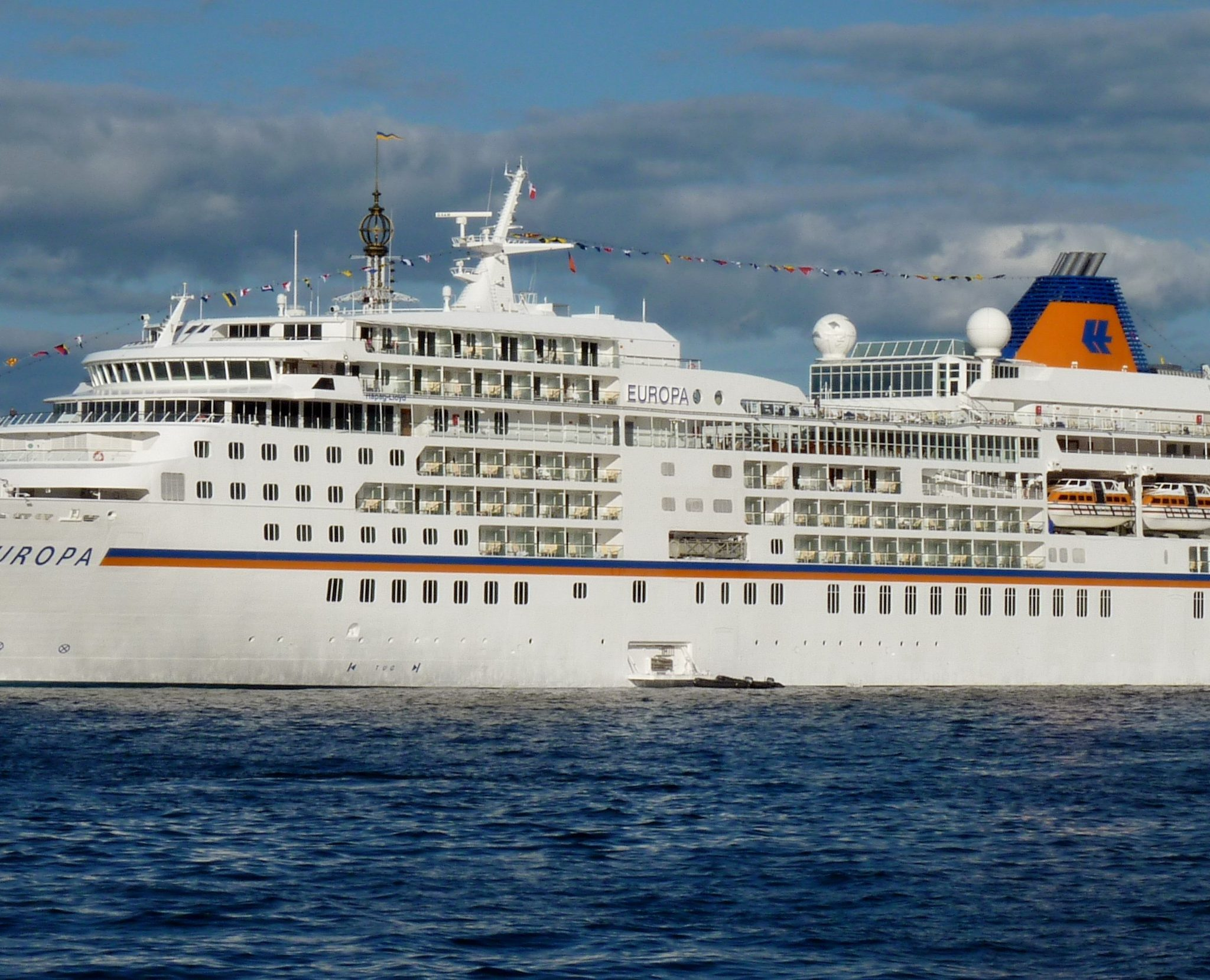 Het MS Europa op een eerdere trip. (Foto Wikipedia)