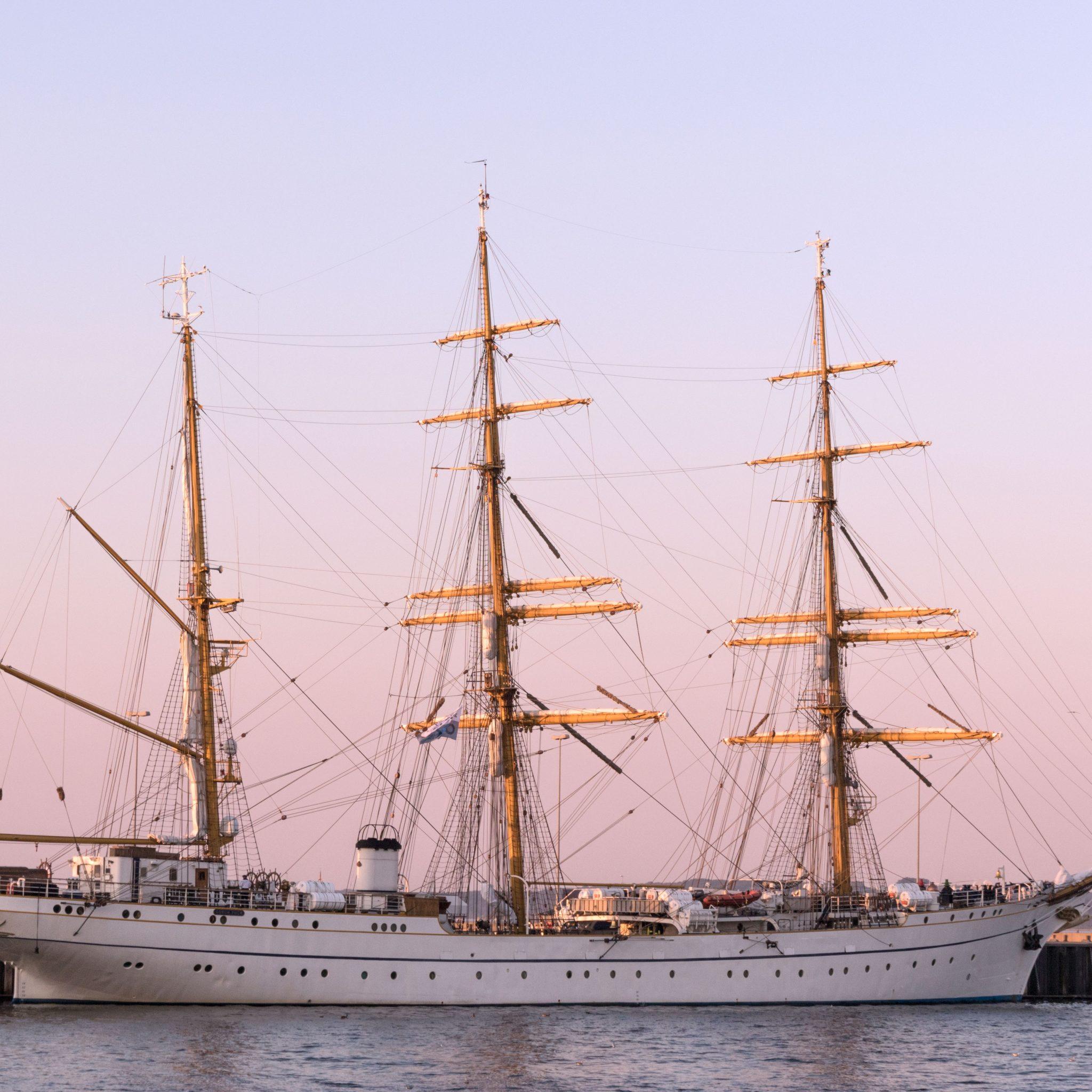 Zeilopleidingsschip Gorch Fock van de Duitse marine afgemeerd in de haven van Kiel. (Foto Wikimedia)