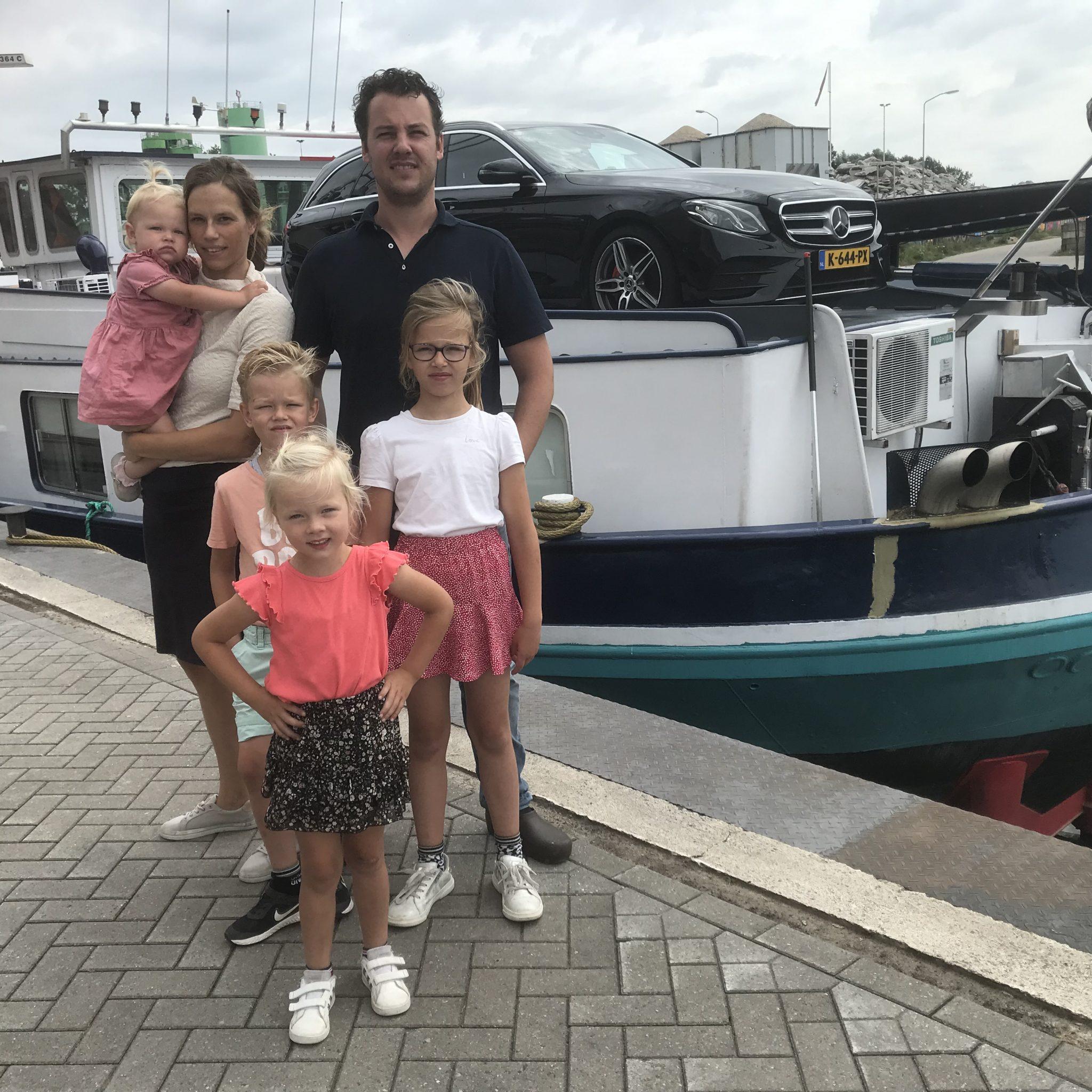 Op de foto Adriana met op haar arm dochter Elana, naast haar schipper Jochem met dochter Naomi. Tussen hen in zoon Arie en vooraan dochter Rachel.