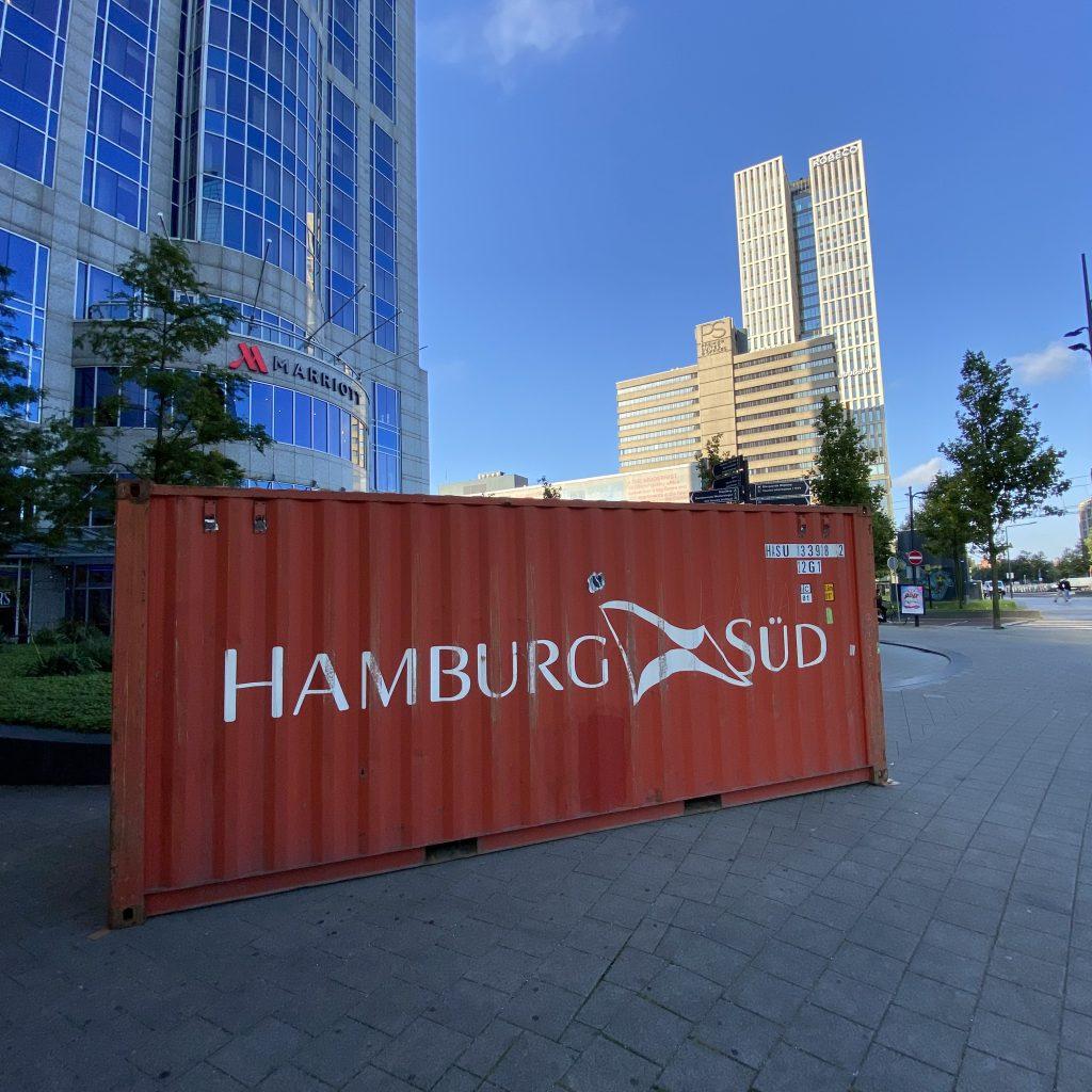 Ook voor het Marriott hotel staat een container. (Foto Jelmer Bastiaans)