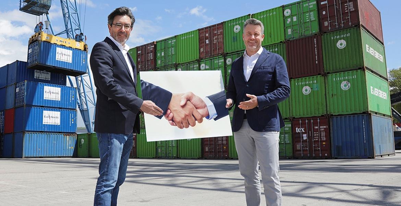 Gingado (links) van het Rheinhafengesellschaft en Bochow van Contargo schudden coronaproof de hand. (Foto Contargo)