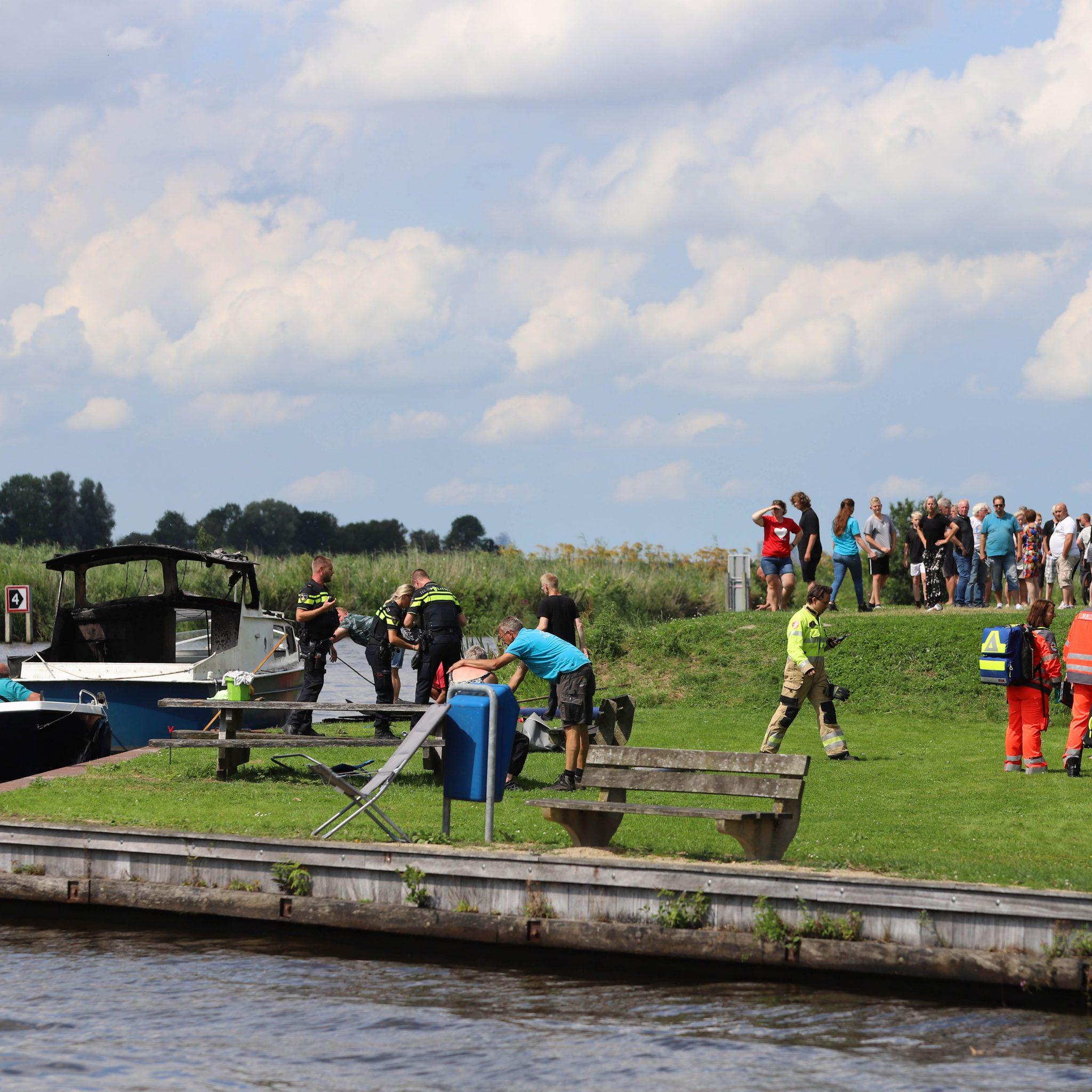 Op de foto is goed te zien dat het bootje uitgebrand is. (Foto Venema Media)