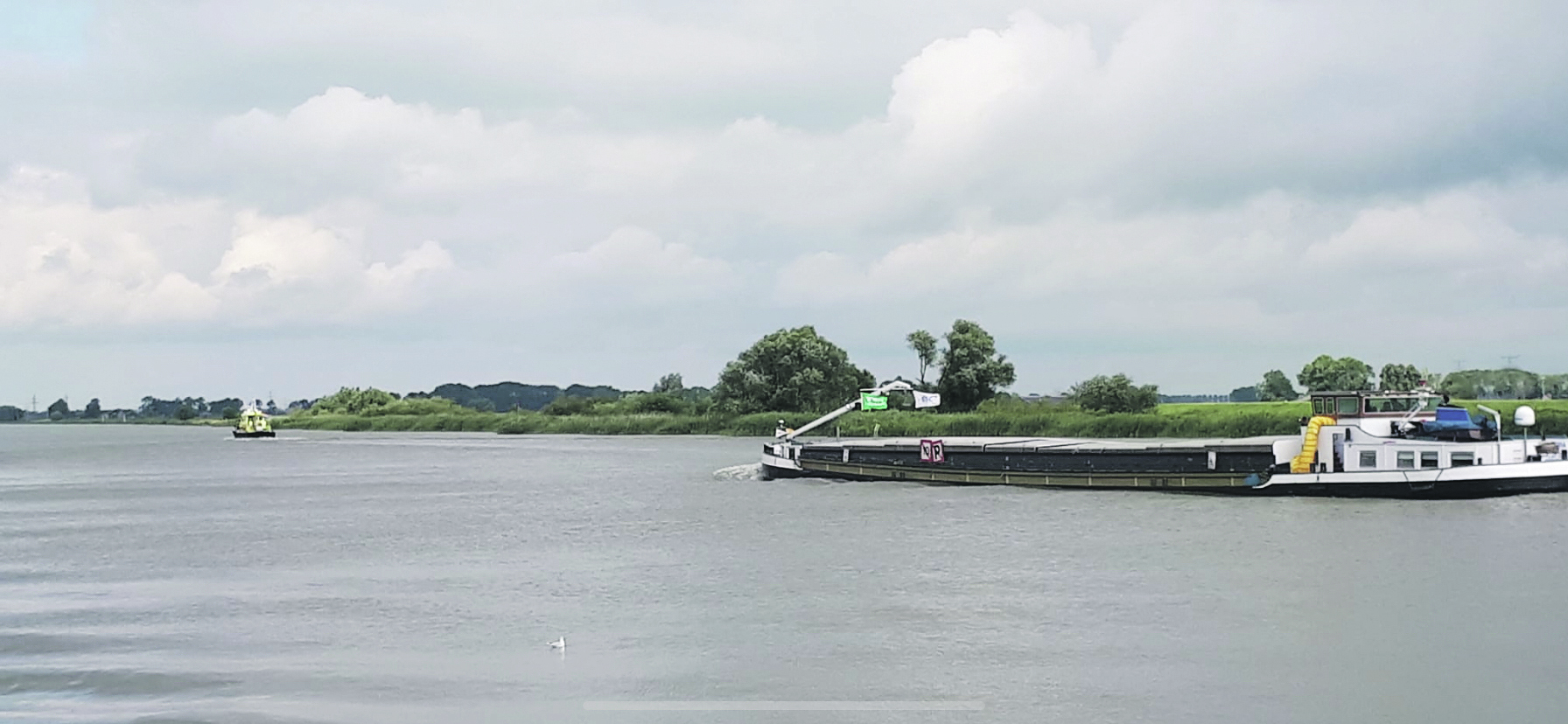De Imatra voer onder begeleiding van Rijkswaterstaat. (Foto Jan Veldman)