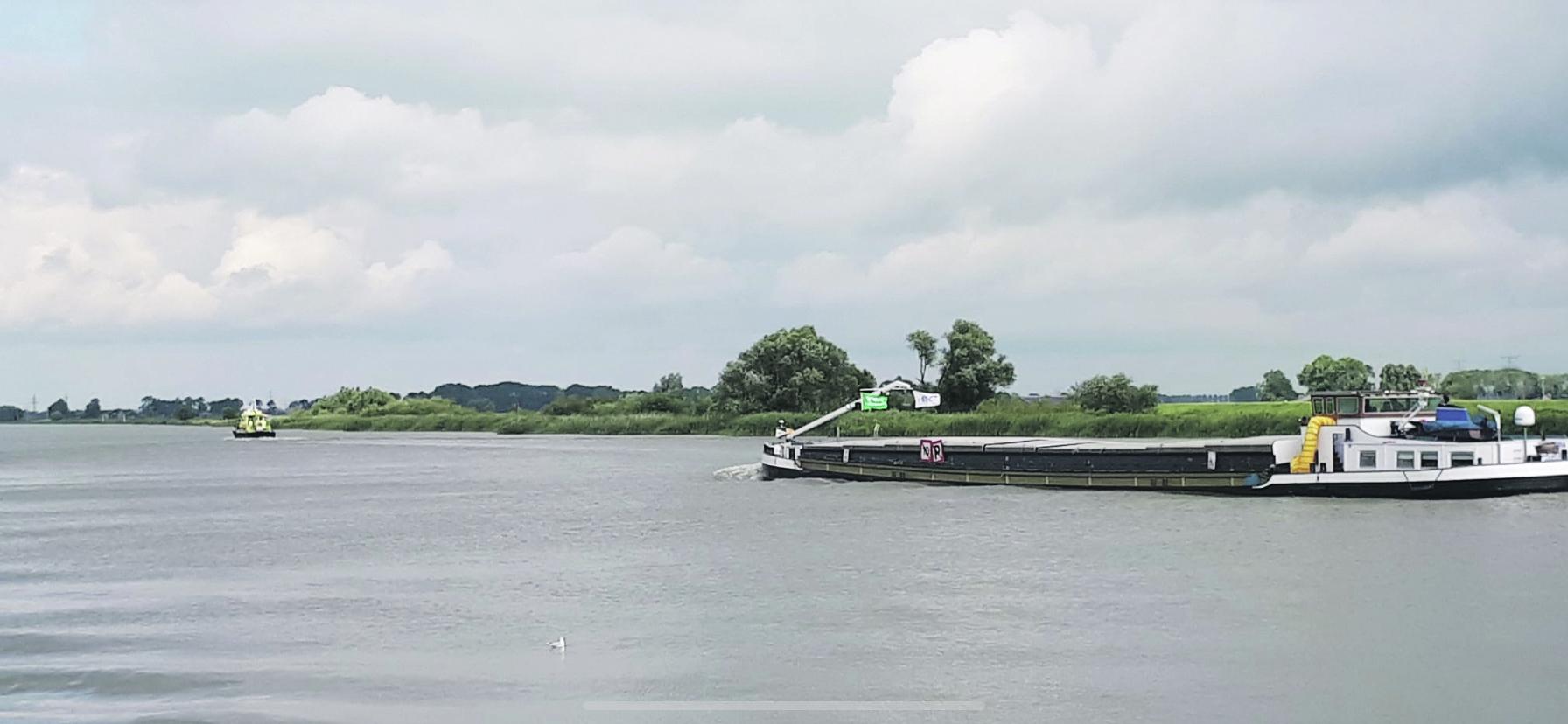De Imatra werd op vrijdag 6 augustus door Rijkswaterstaat begeleid richting het IJsseloog. Foto Jan Veldman