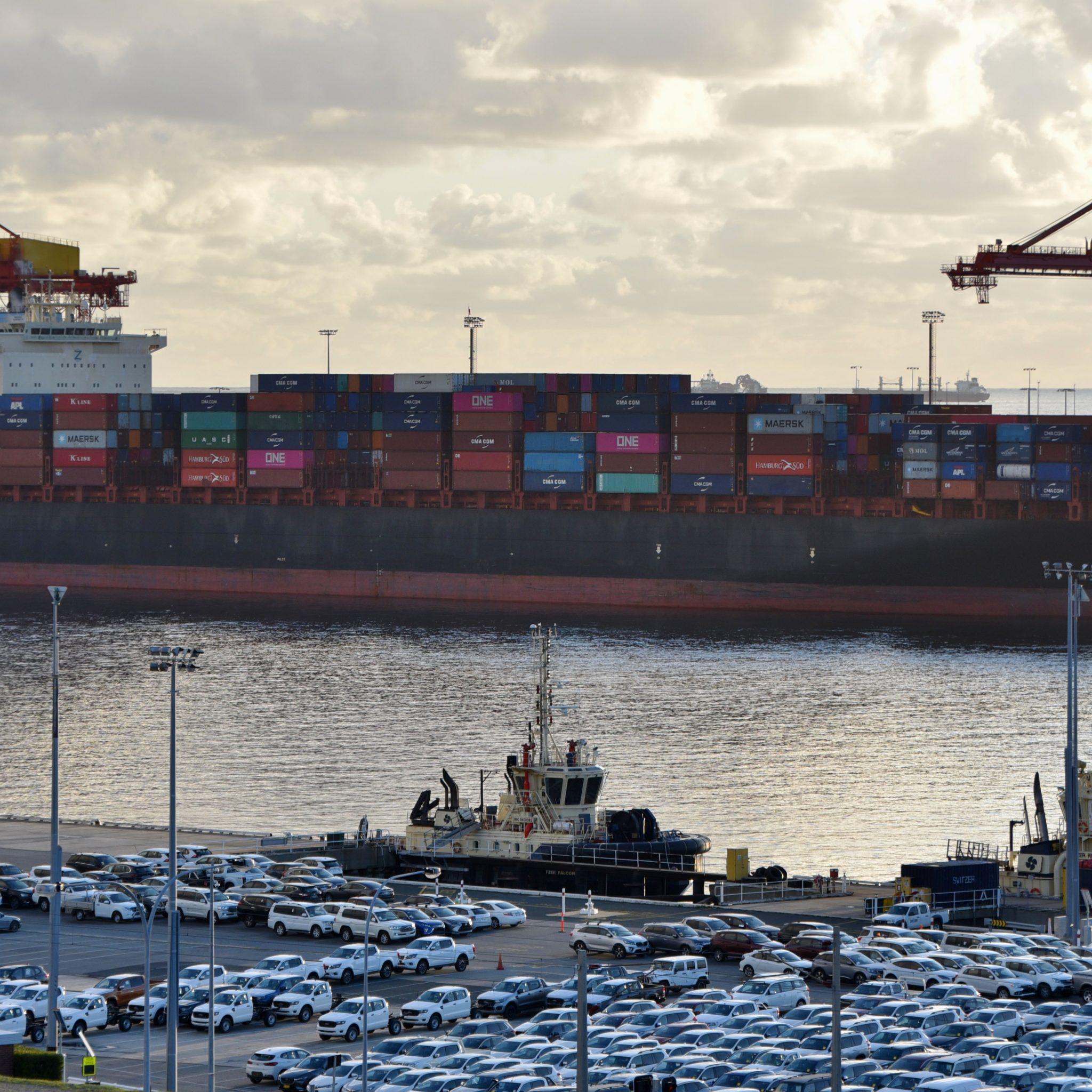 Containerschip Maersk Surabaya afgemeerd bij North Quay, haven van Fremantle. (Foto Wikimedia)