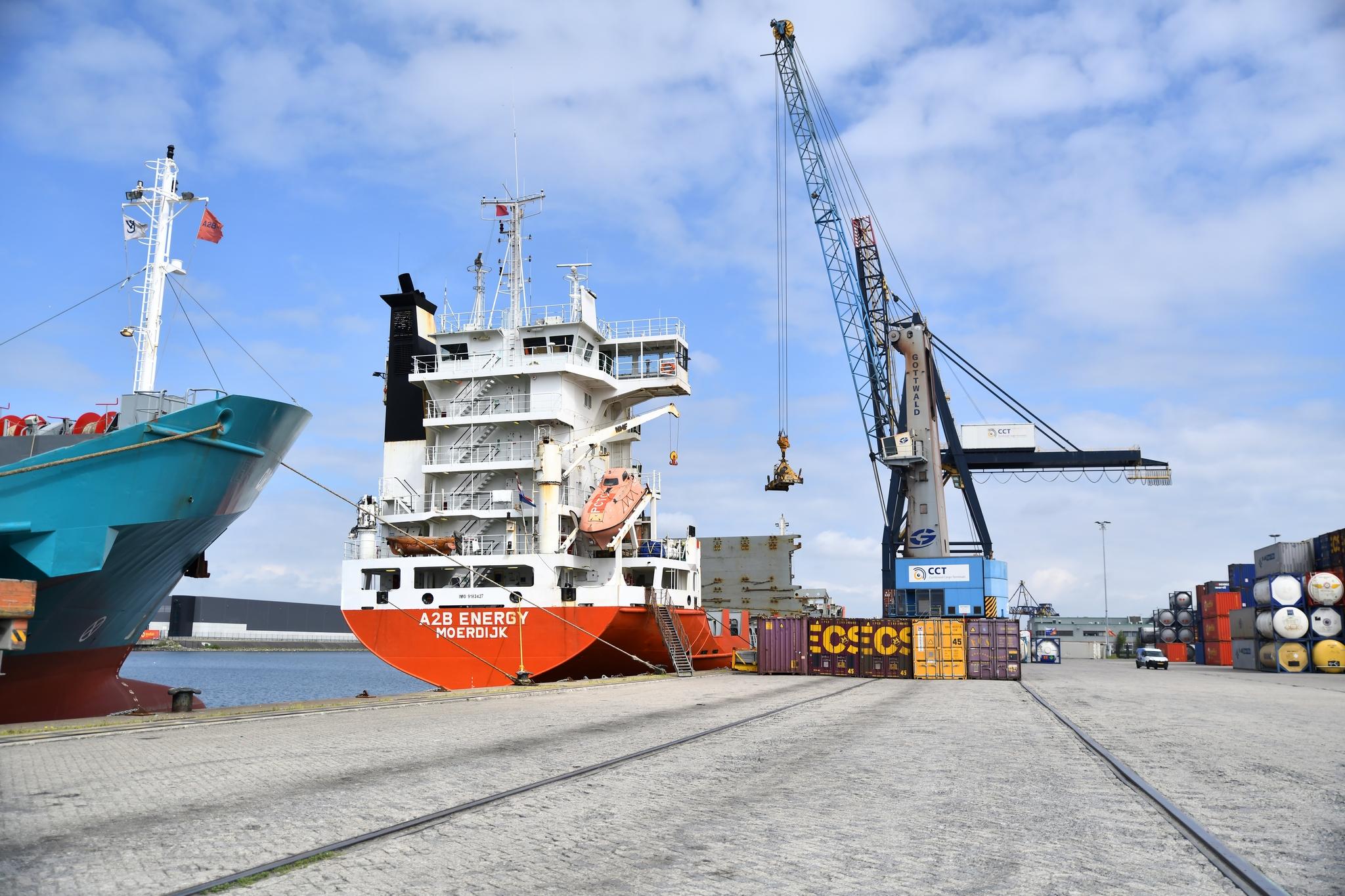 Zeeschepen aan de kade bij de CCT-terminal in Moerdijk. (Foto Port of Moerdijk)