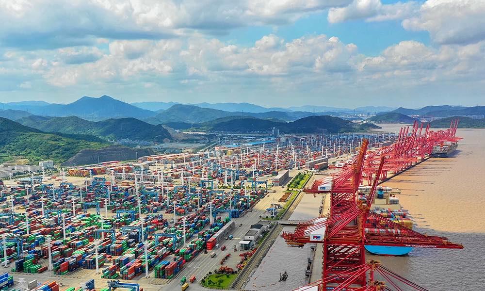 De Chinese haven zit al bijna een week op slot door een enkele coronabesmetting. (Foto Ningbo Zhoushan Port)