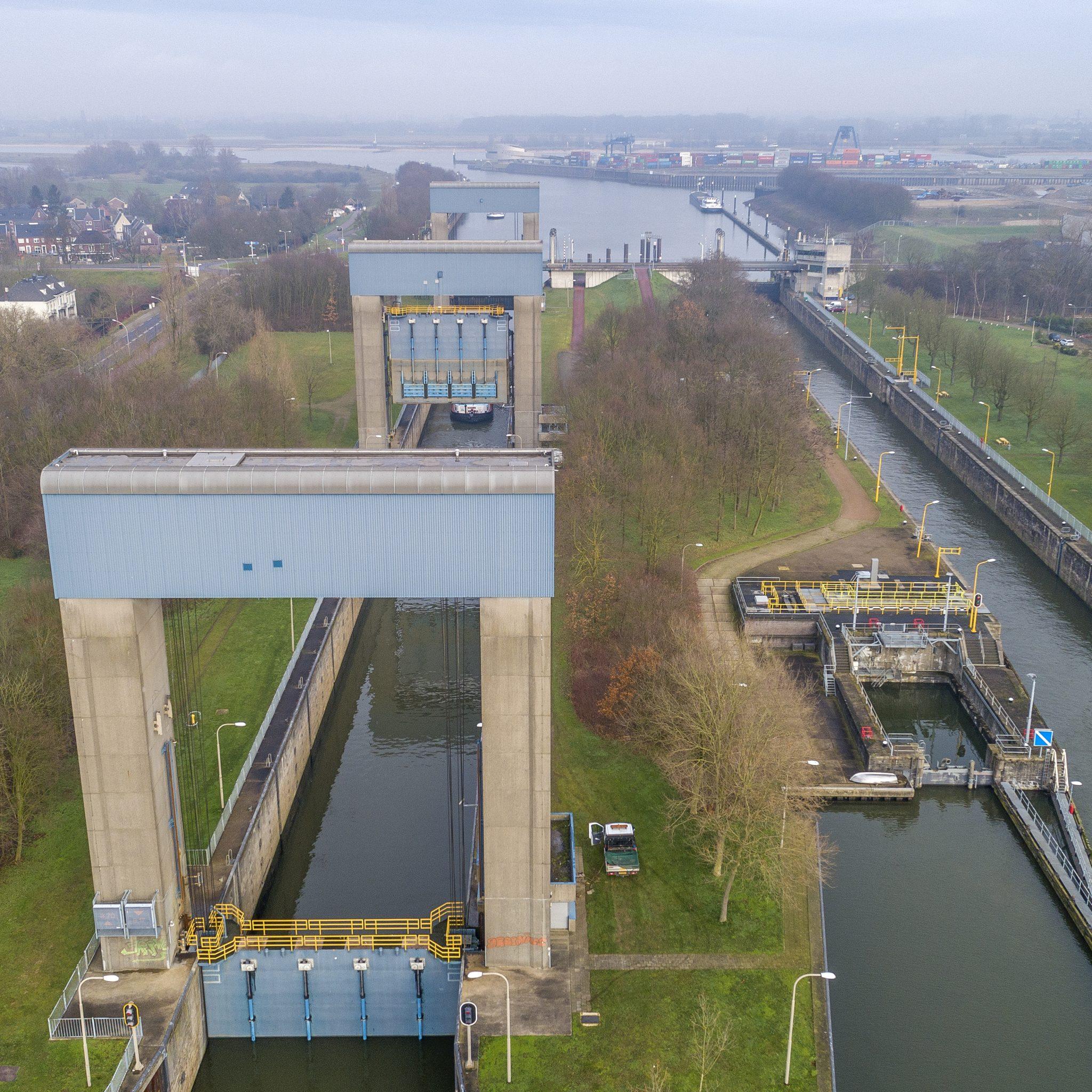 Op 8 oktober worden voorlopig de laatste werkzaamheden aan sluis Weurt uitgevoerd. (Foto Rijkswaterstaat)