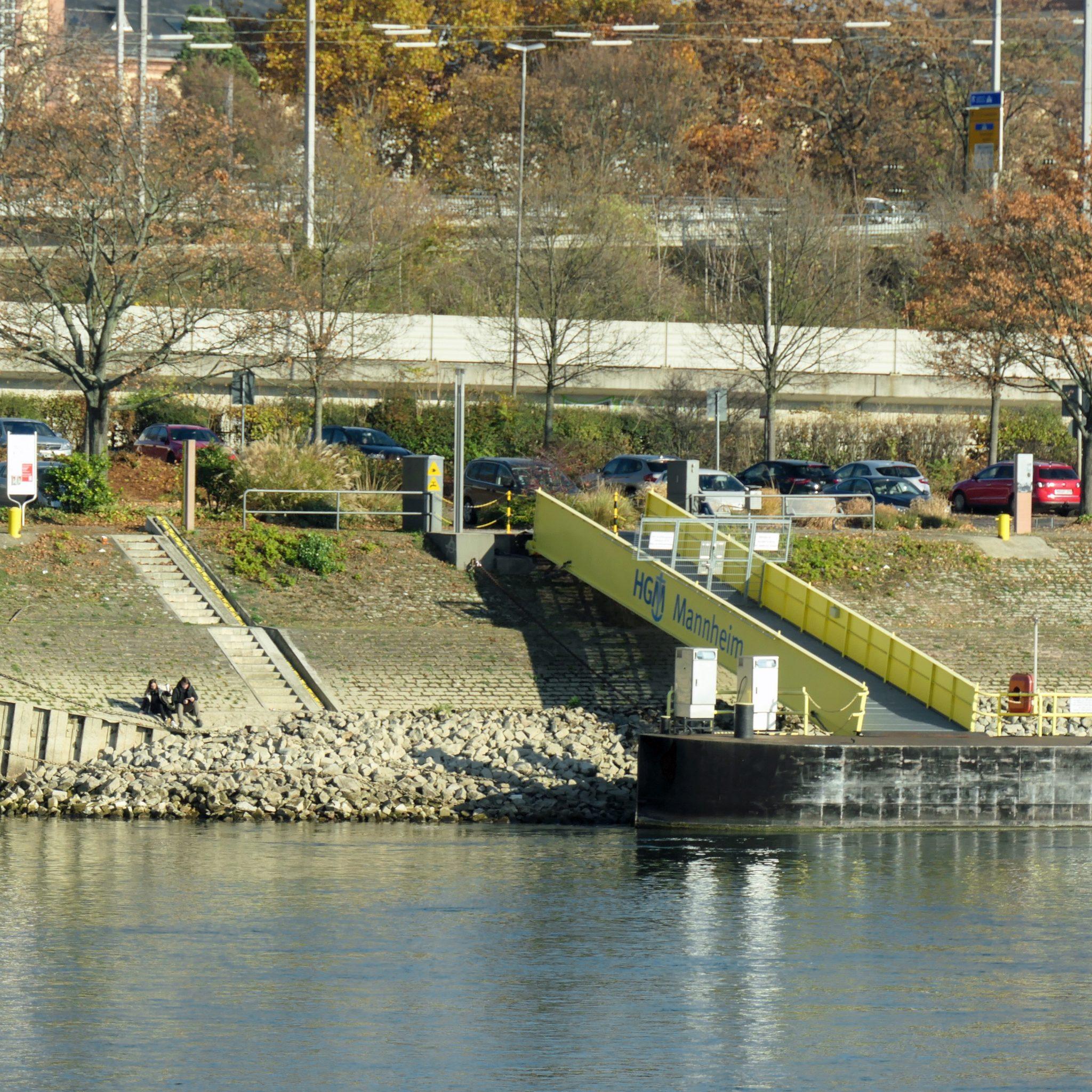 Pegel Mannheim, zicht vanaf de rivier bij Ludwigshafen. (Foto Wikimedia/Hubert Berberich)