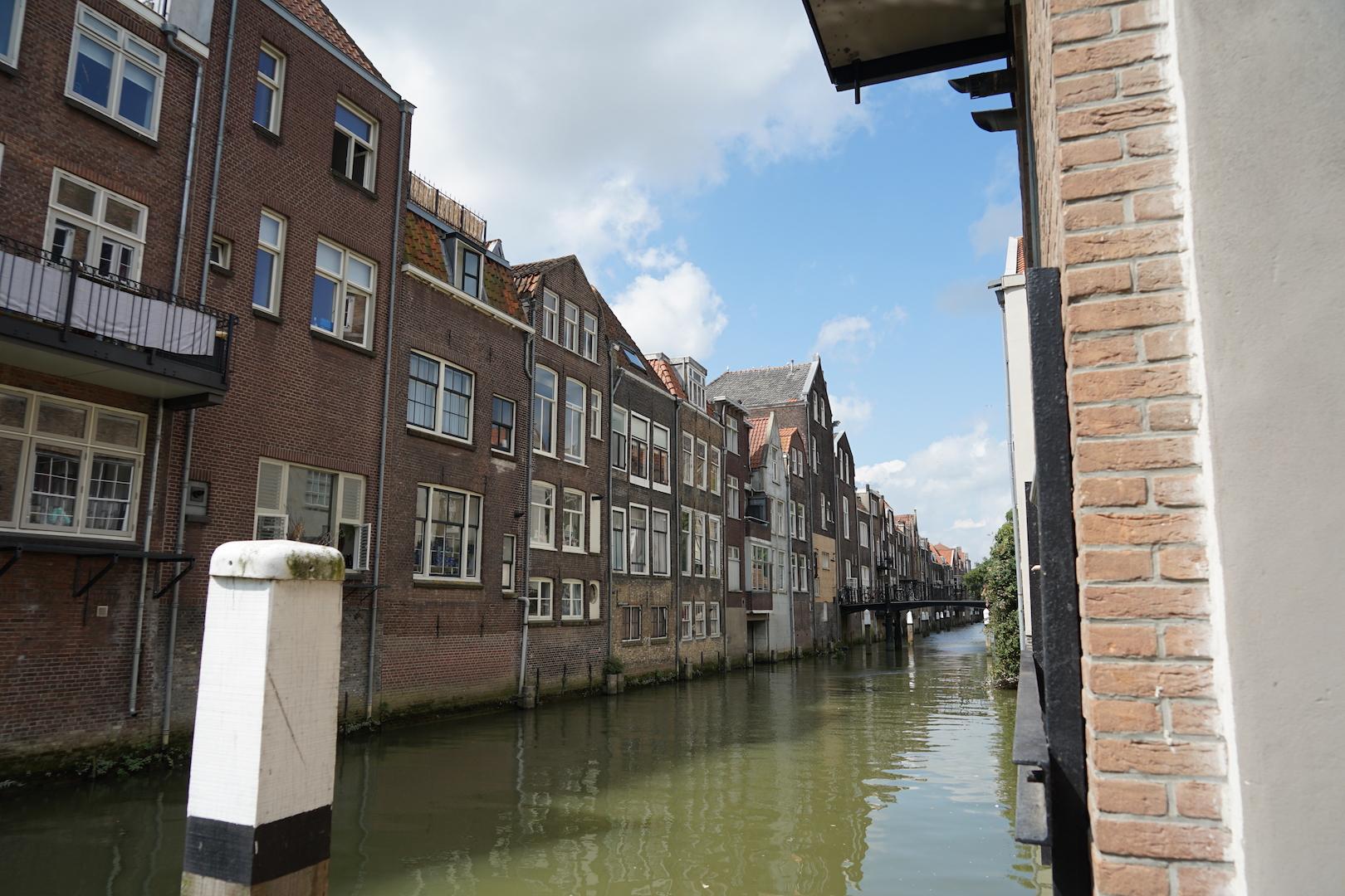 De Stadsgracht in de Grotekerksebuurt.