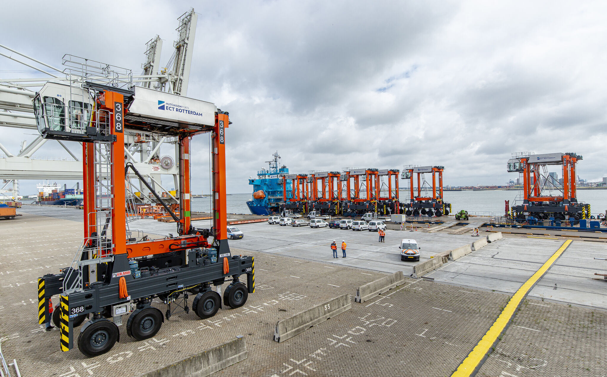 De nieuwe straddle carriers van ECT Rotterdam zijn al aangekomen. (Foto ECT)