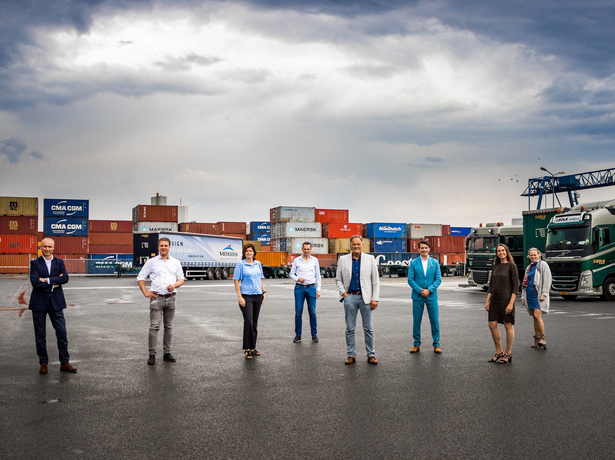 De initiatiefnemers met onder andere Anne-Ruth Scheijgrond (2e van links) en Miranda Volker (2e van rechts). (Foto Off-Road Overijssel)