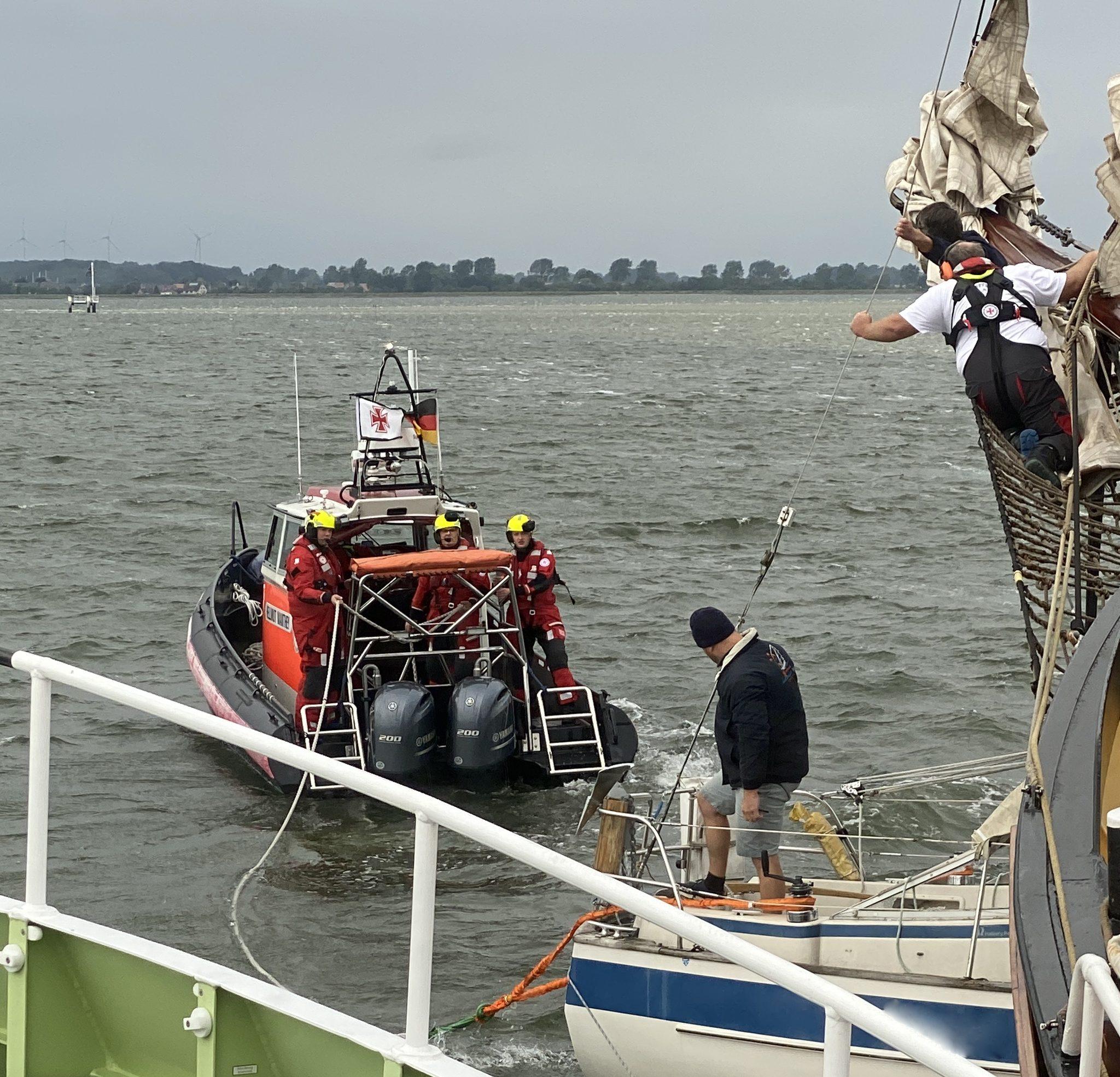 De reddingboot Hellmuth Mantey van de DGzRS maakt vast aan het zeiljacht dat zich heeft vastgevaren onder de boegspriet van de Swaensborgh. (Foto Die Seenotretter DGzRS)