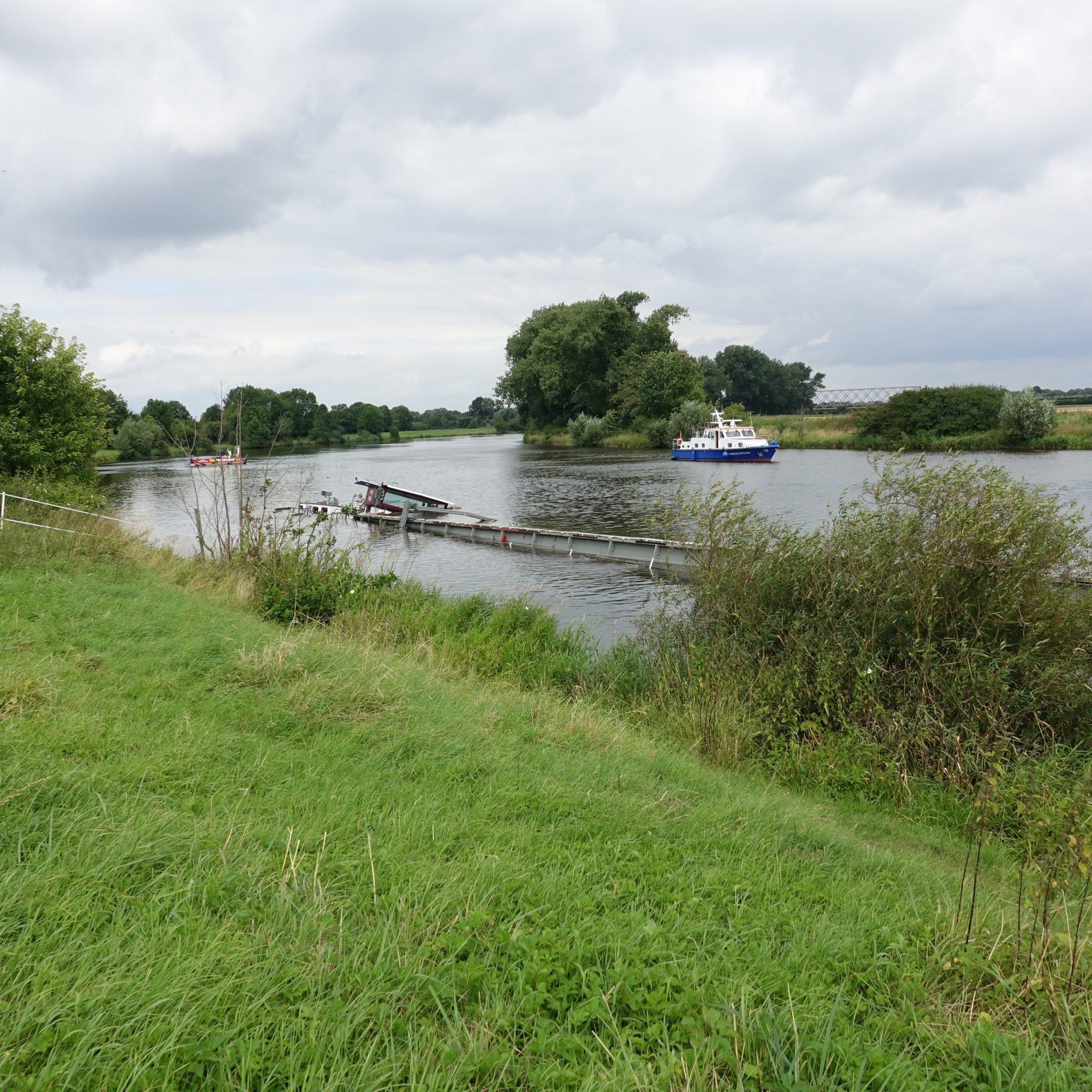 Hoewel de West Oder 1 gestrekt in de rivier ligt en er ruimte lijkt te zijn om te passeren, is de vaart sinds zondag volledig gestremd. (Foto Brandweer Nienburg)
