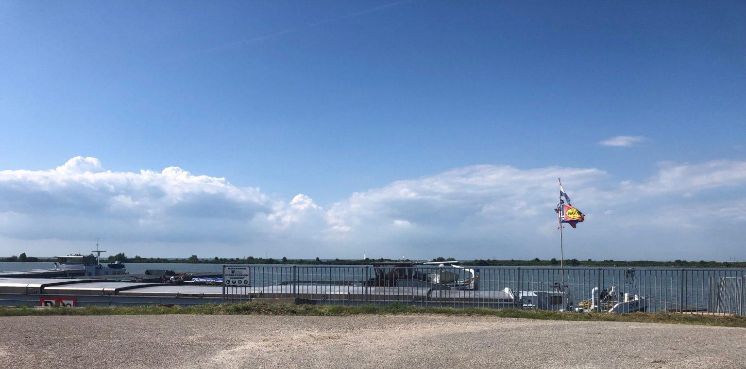 De Coby achter het hek voor de wal bij Hebo Maritiemservice in Lelystad. (Foto Hans Metselaar)