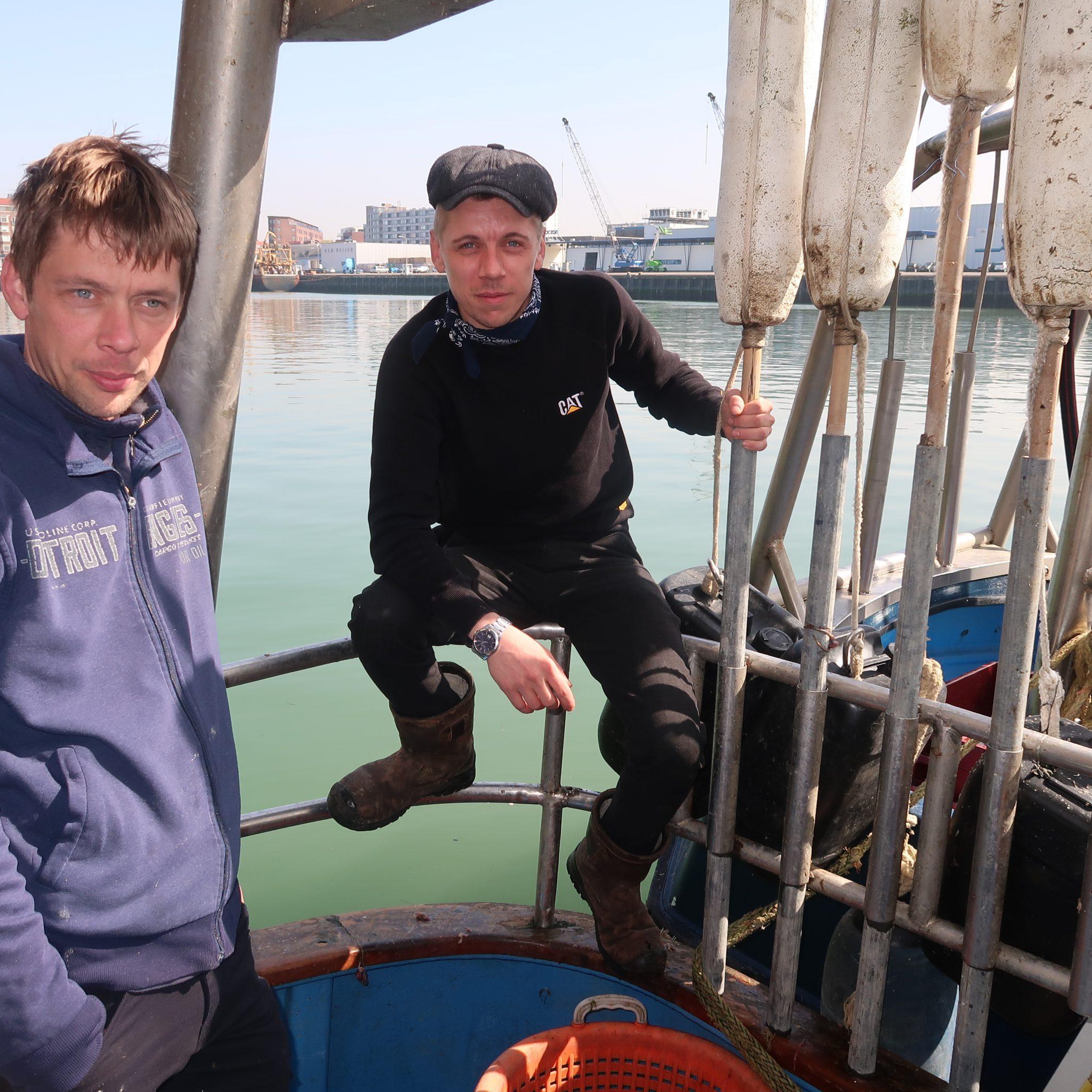 Jan (links) en Albert de Boer op de kleine staandwantboot UK-254. (Foto W.M. den Heijer)