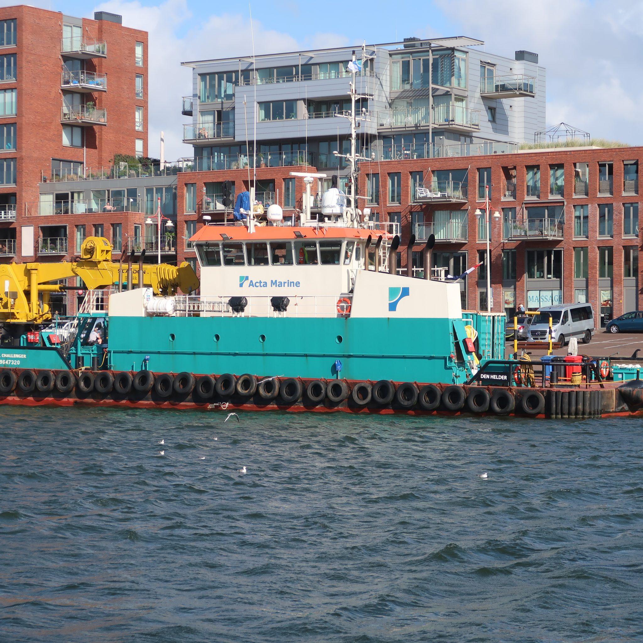 Het DP-supportvaartuig Coastal Challenger verwaaid in de haven van Scheveningen. (Foto W.M. den Heijer)