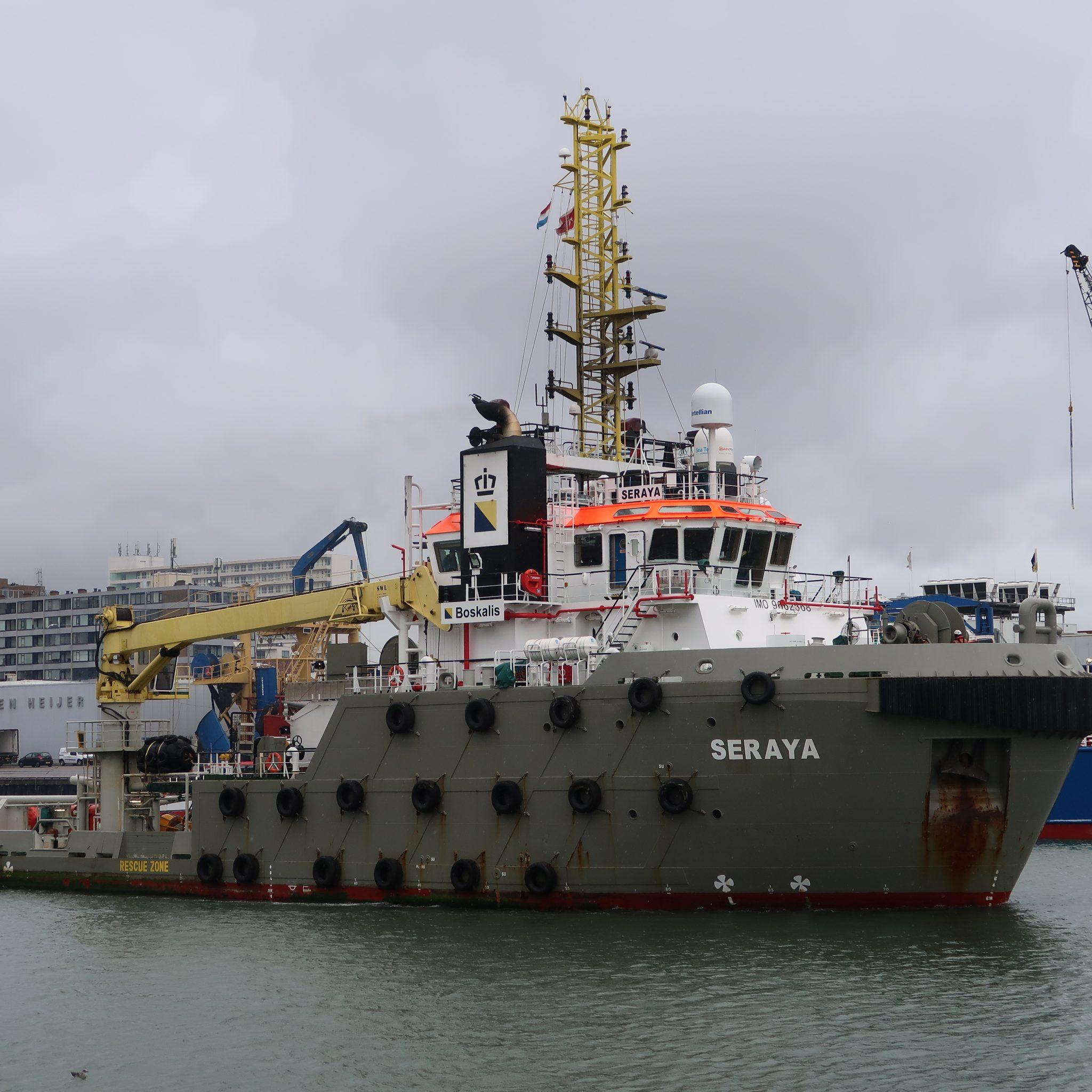 Na te hebben gebunkerd verlaat de Seraya de haven van Scheveningen. (Foto W.M. den Heijer)