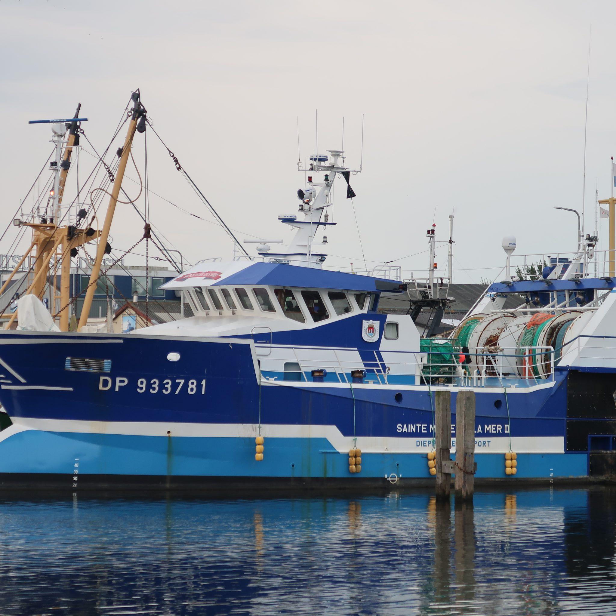 De met een ABC hoofdmotor uitgeruste DP-933781 in de binnenhaven van Stellendam. (Foto W.M. den Heijer)