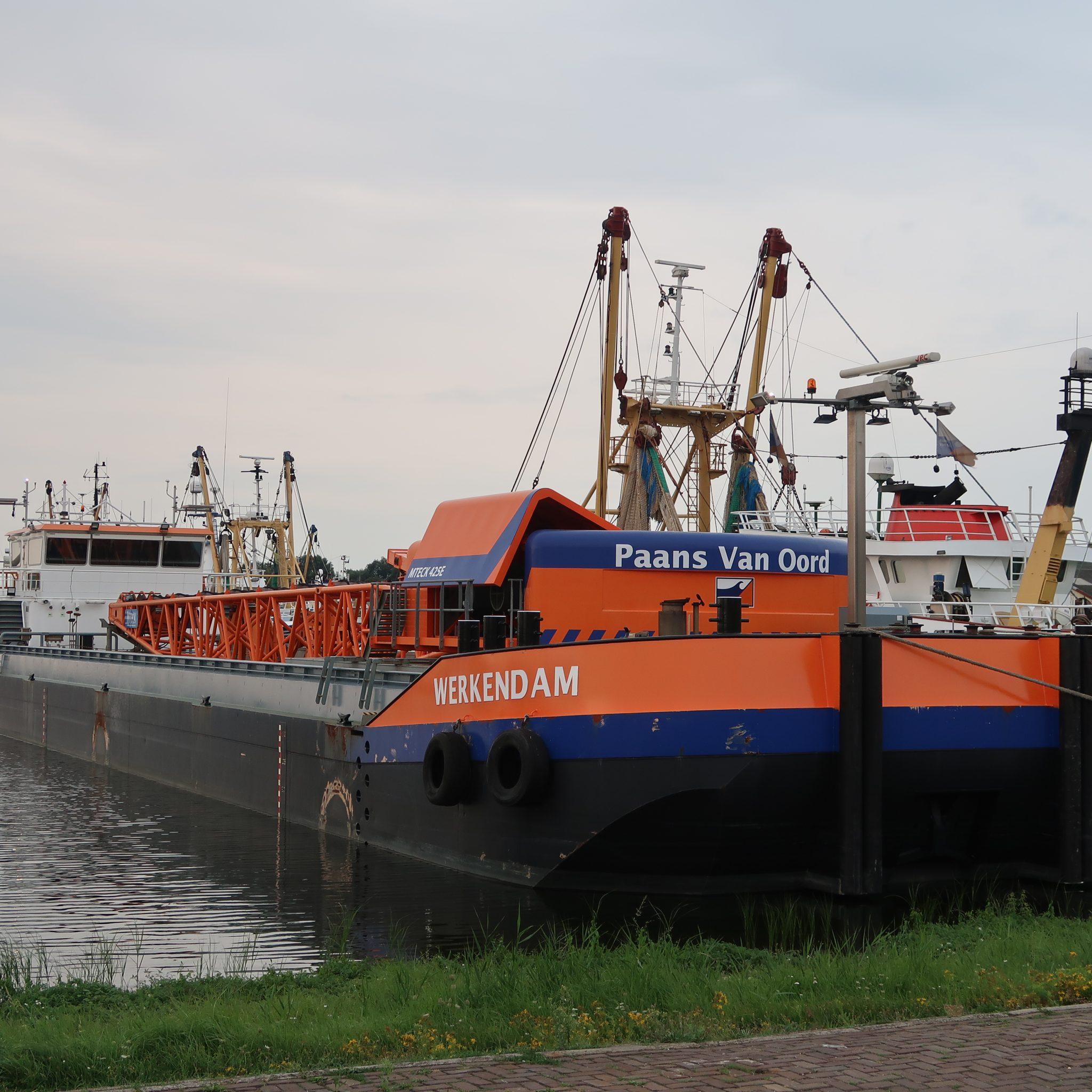 Het kraanschip Werkendam ligt al enkele weken in de binnenhaven van Stellendam. (Foto W.M. den Heijer)