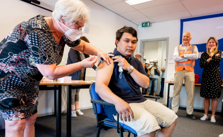 Zeevarenden kunnen, ongeacht nationaliteit, een vaccinatie krijgen in de haven van Rotterdam. (Foto KVNR)