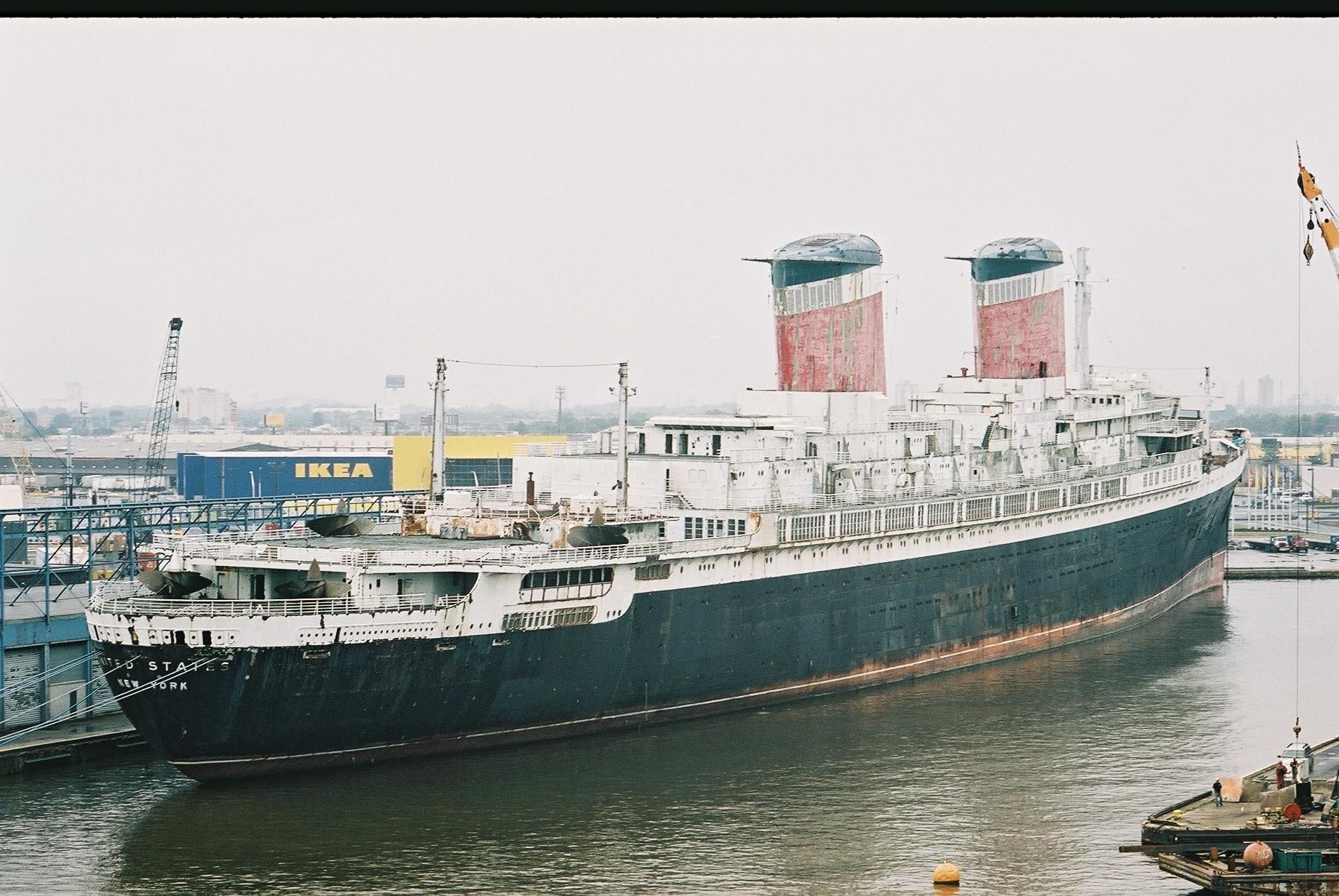 Het beroemde passagiersschip United States ligt te 'verslonzen' in Philadelphia.