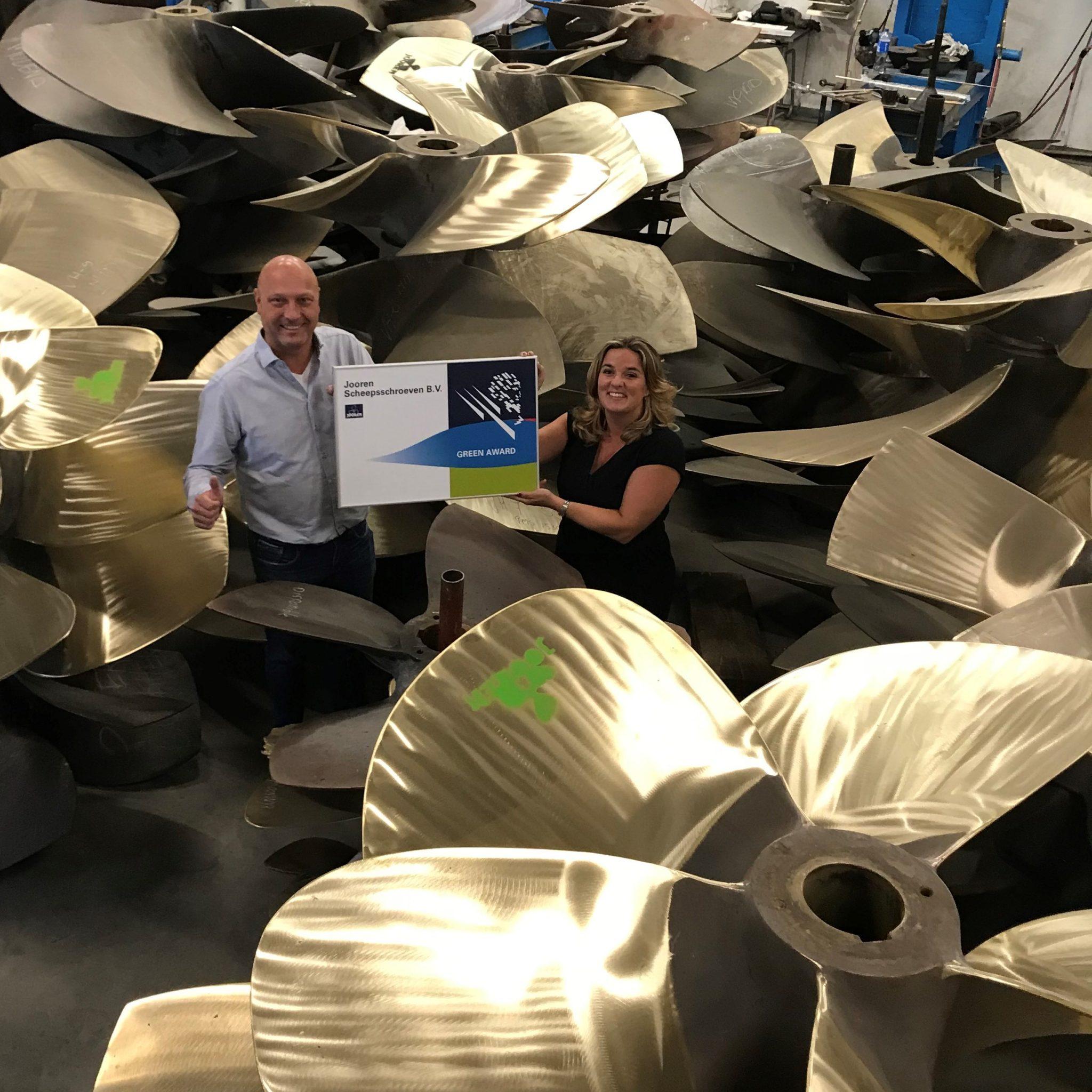 Chris en Yvette Smit tonen trots het Green Award bord. (Foto Green Award Binnenvaart)