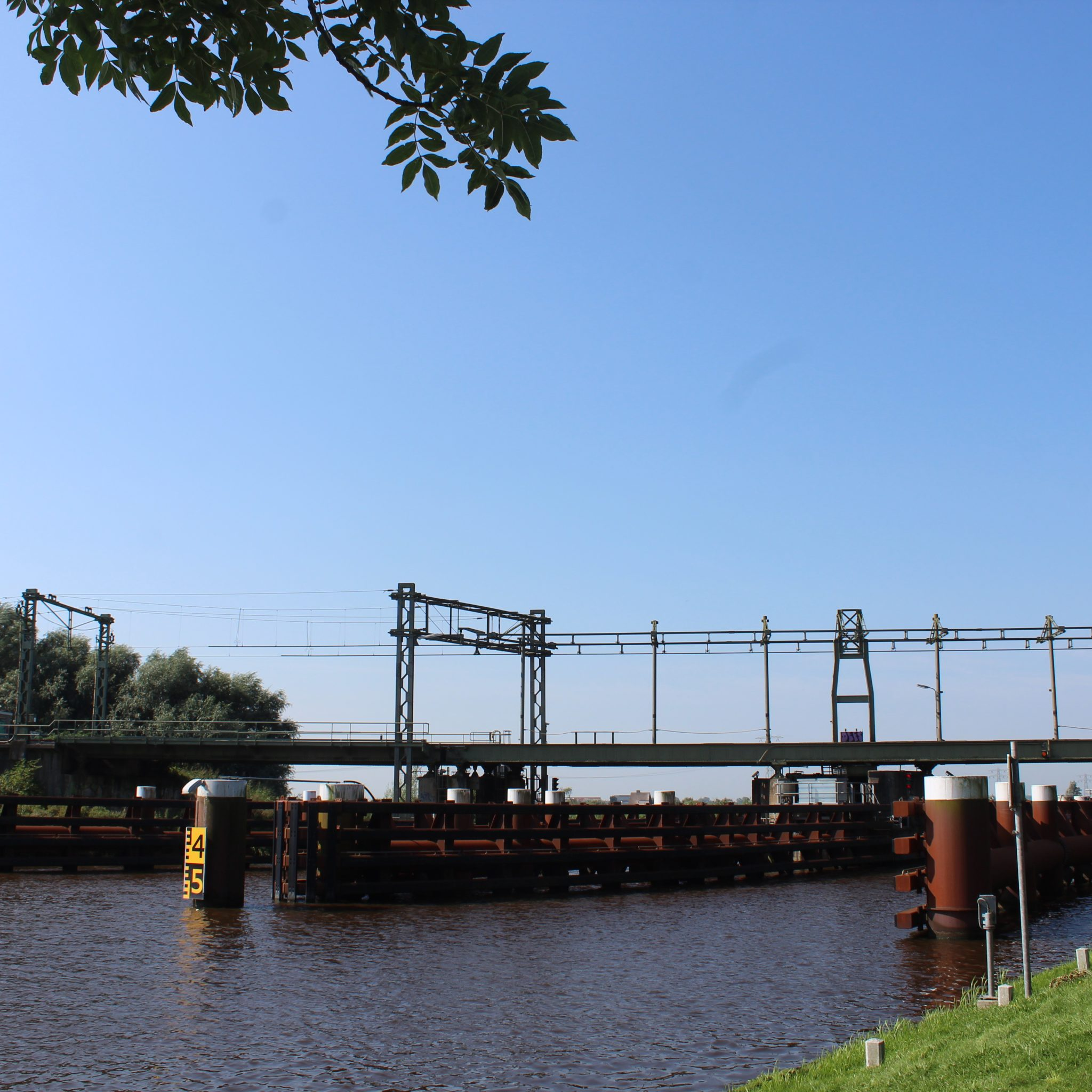Pas eind oktober wordt de cilinder terugverwacht bij de spoorbrug. (Foto ProNews)