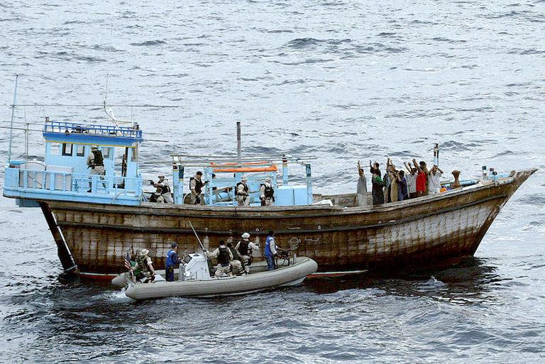 Ter illustratie. Een traditioneel Arabisch zeilschip wordt onderzocht door de Amerikaanse Marine. (Foto U.S. Navy)