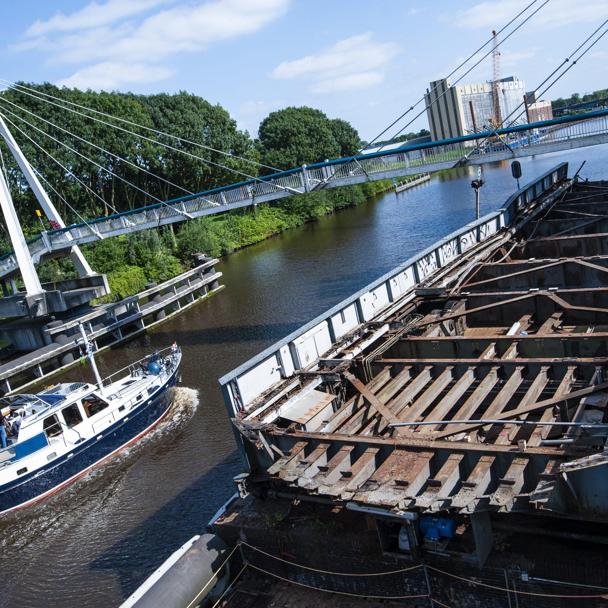 Rijkswaterstaat tilt aangevaren brug Groningen uit het water