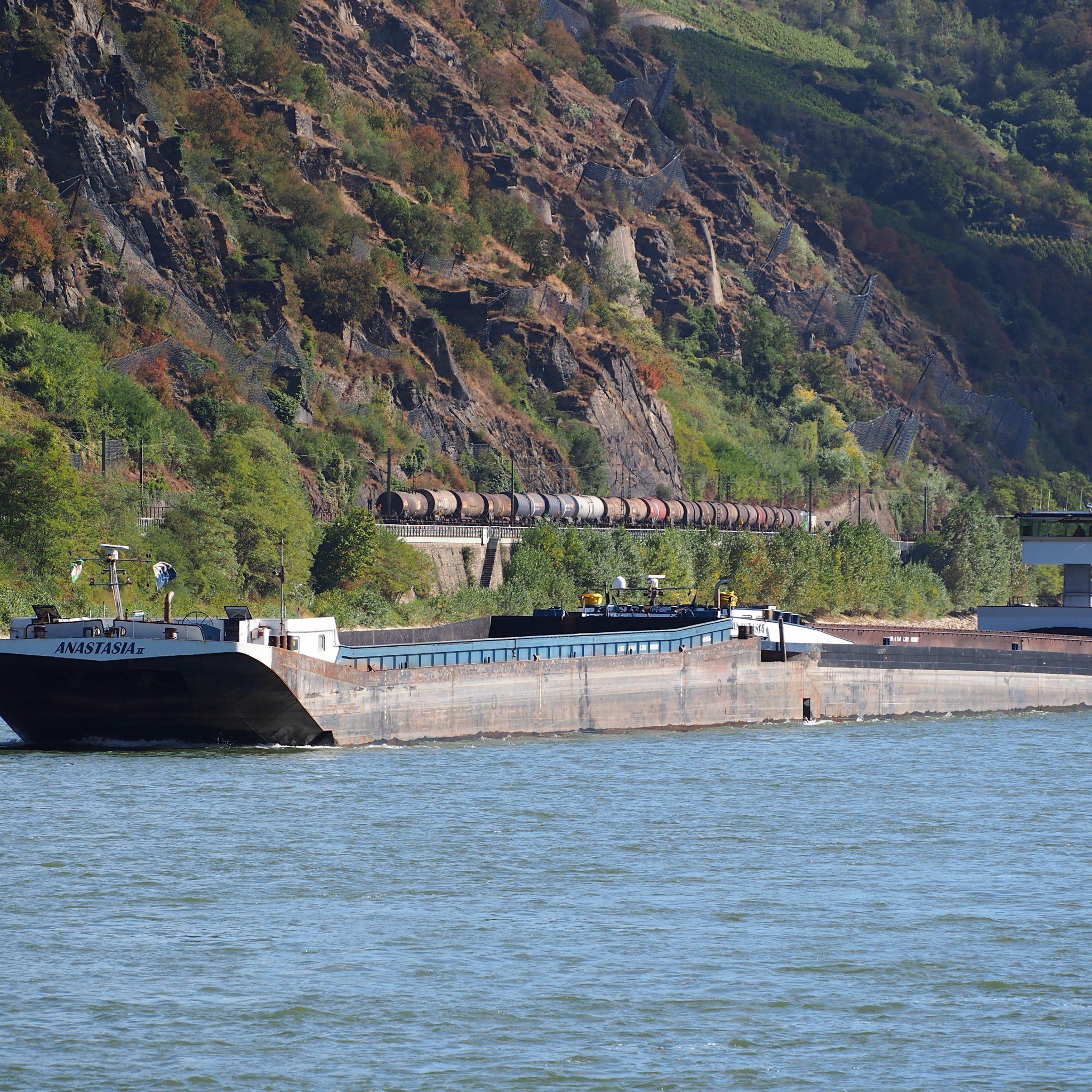 Binnenvaartschip Anastasia vaart op de Rijn bij Oberwesel. (Foto Alf van Beem/Wikimedia)